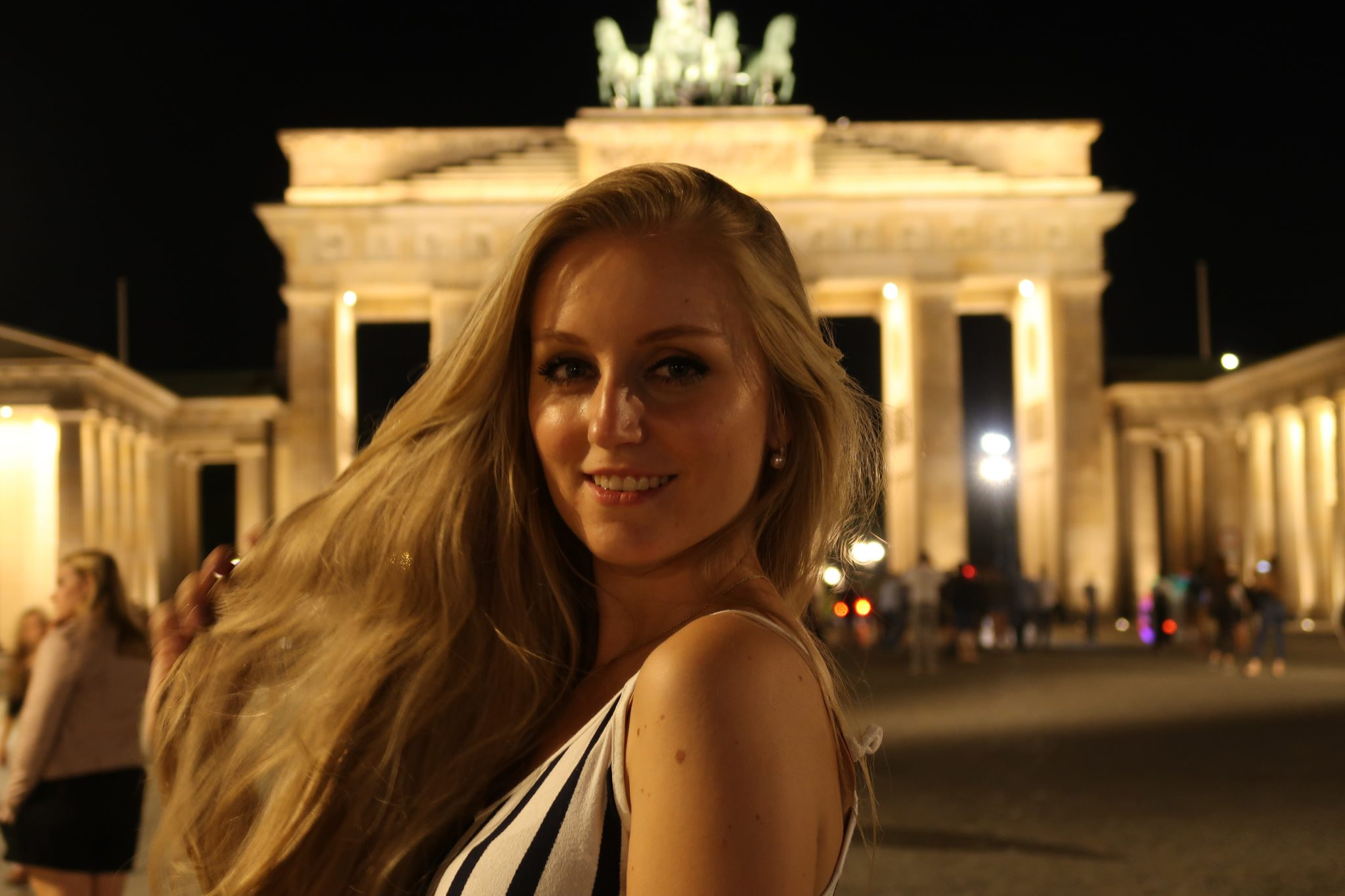 Berlin: Das Brandenburger Tor wird bei Nacht wunderschön angestrahlt!