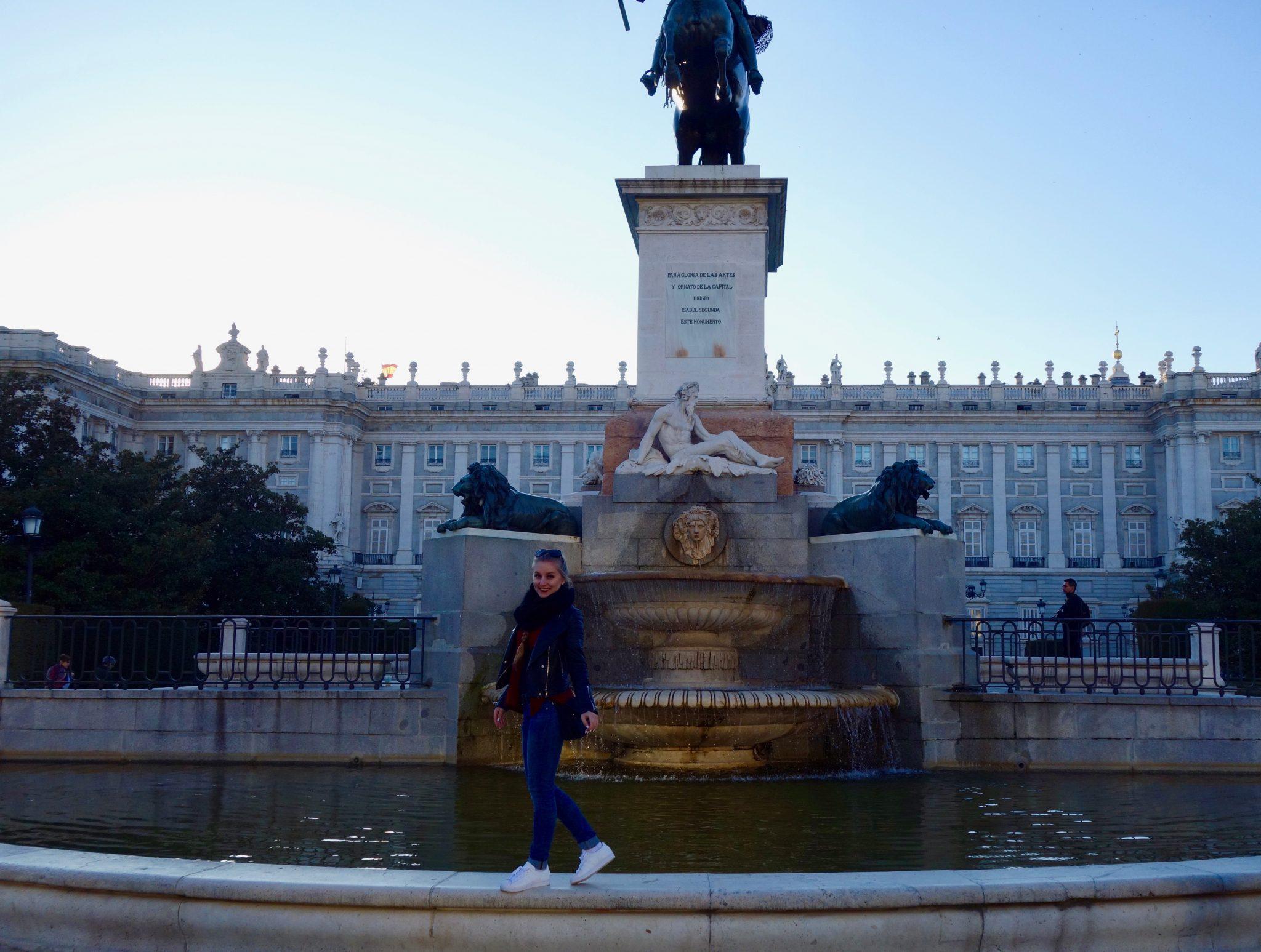 Madrid: Ein wunderschöner Brunnen vor dem spanischen Königspalast (Palacio Real)