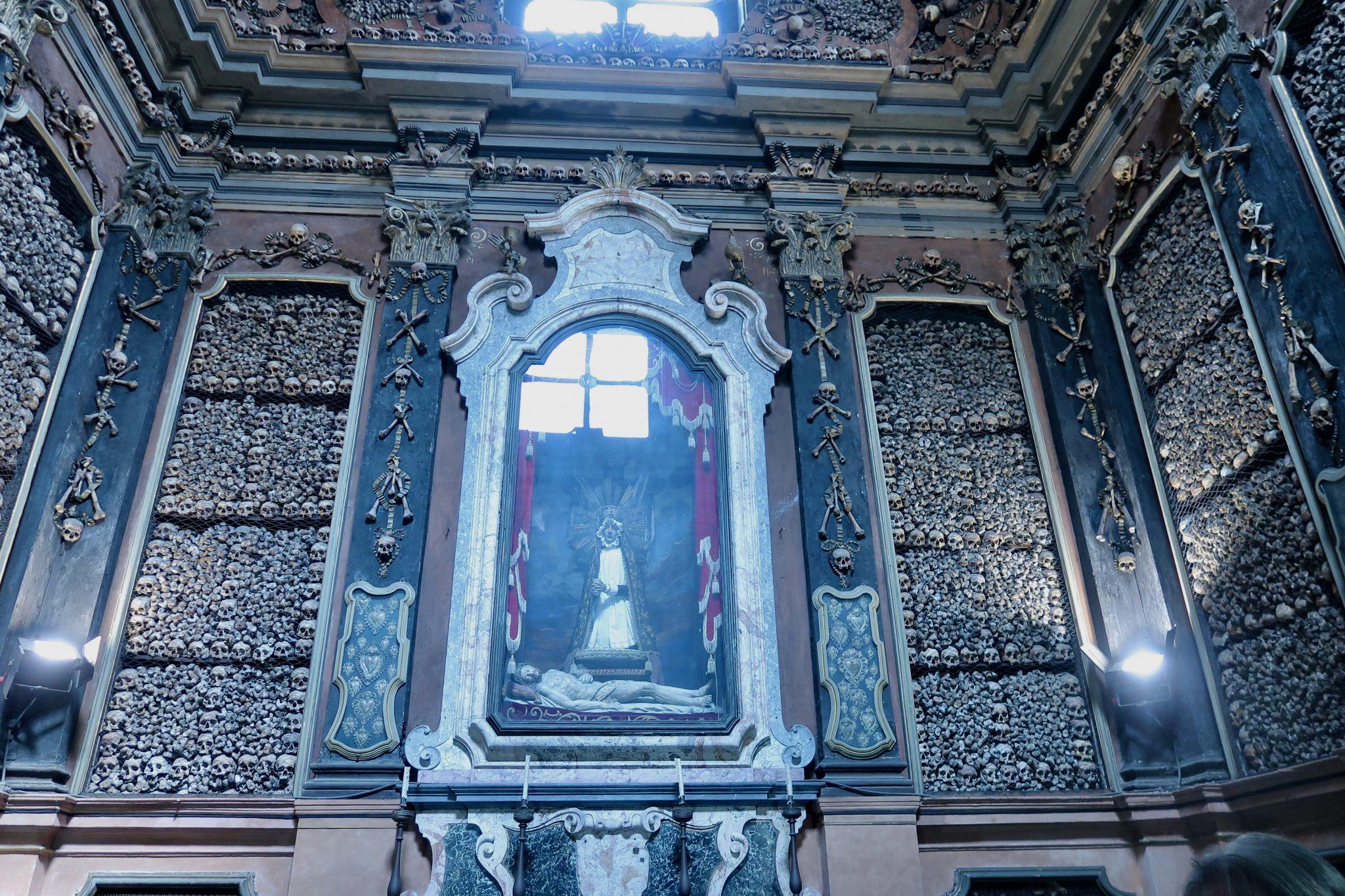 Mailand: Chiesa di San Bernardino alle Ossa / Knochenkirche (neben dem Hochaltar sind versilberte Herzen, Oberschenkelknochen und Schädel zu finden, welche seit dem 13. Jahrhundert gesammelt worden sind)