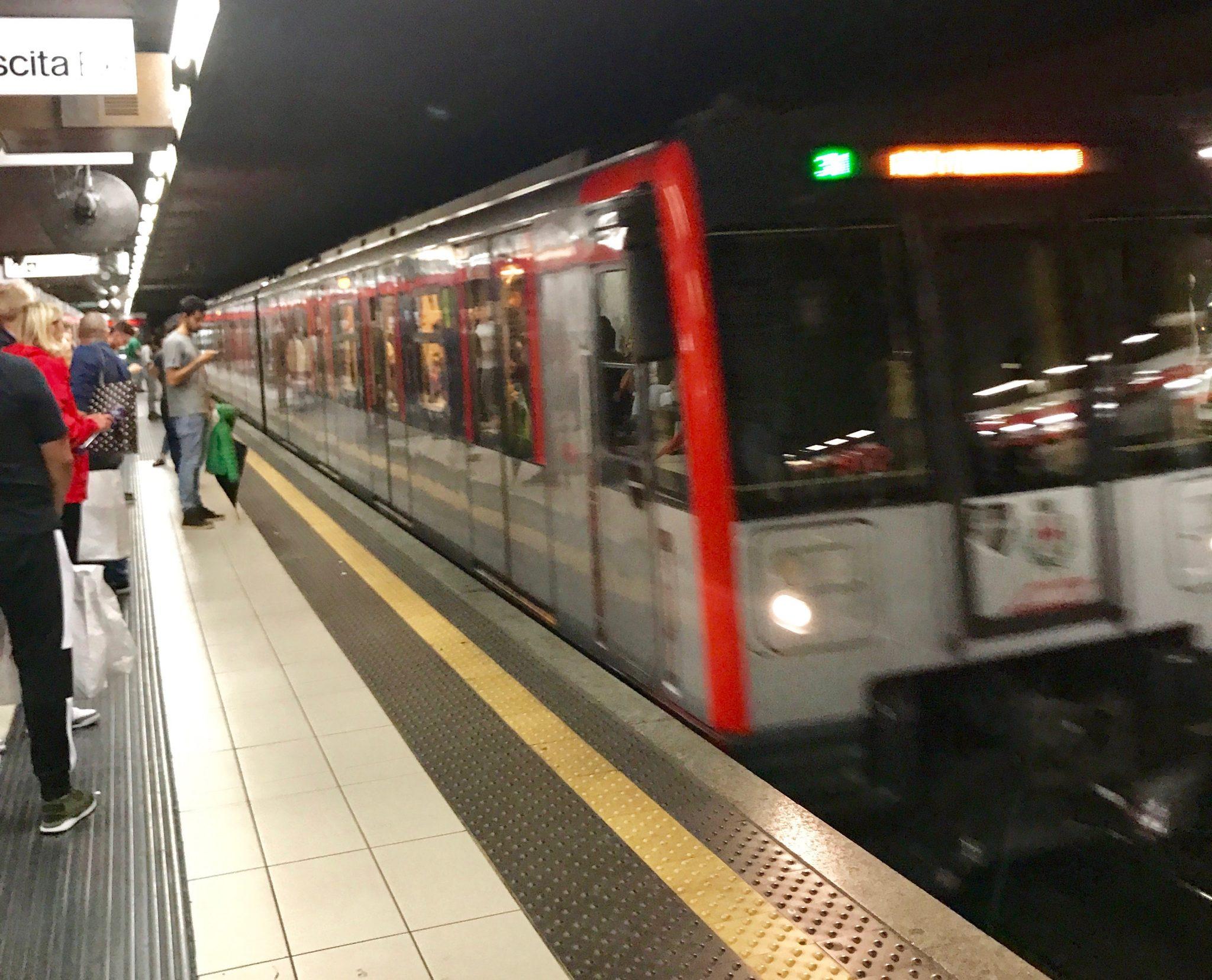 Mailand: Rote Linie M1 Bahngleis und Metro