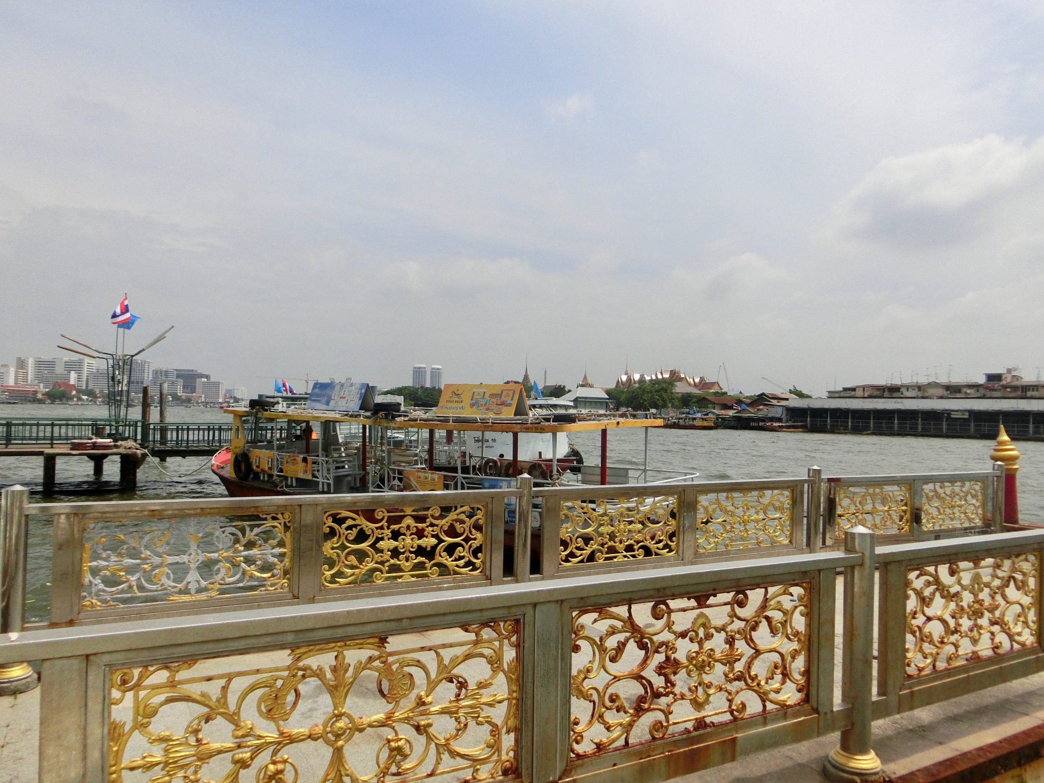 Thailand, Bangkok: Haltestelle für ein Chao Phraya Expressboot
