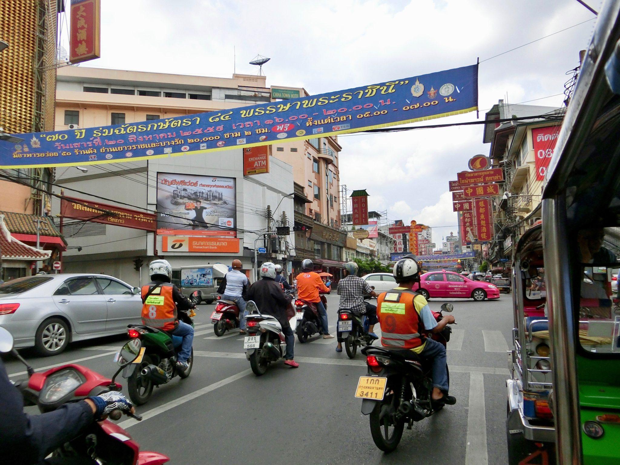 Thailand, Bangkok: Motorrad Taxen (Fahrer können an den orangenen Westen erkannt werden)