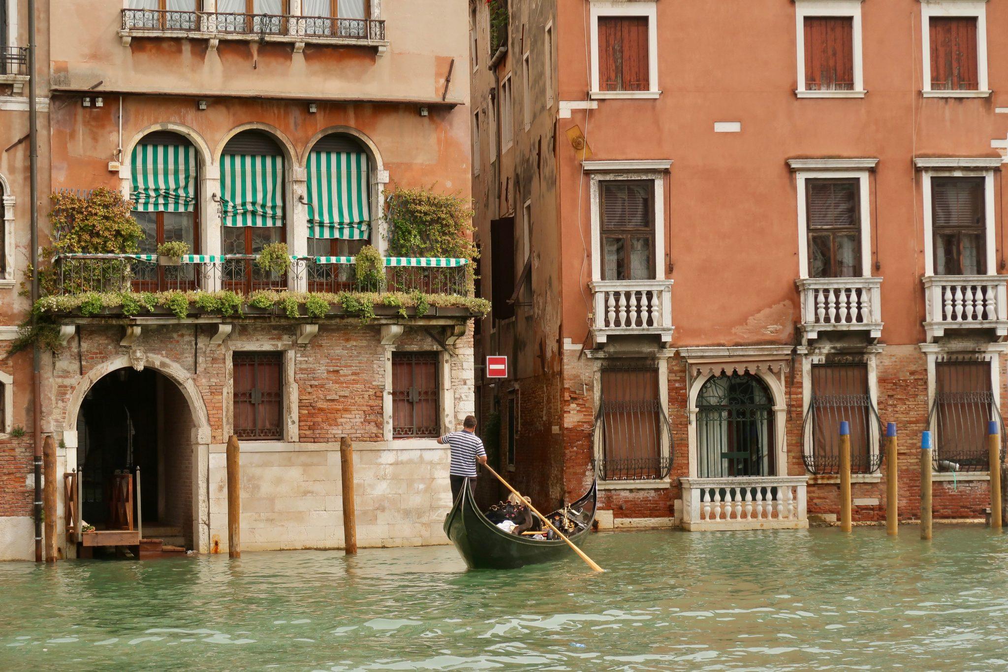 Venedig: Auch hat mich das System sehr verwirrt, denn die Gondel auf dem Bild fährt in eine Einbahnstraße hinein, oder liege ich da falsch?