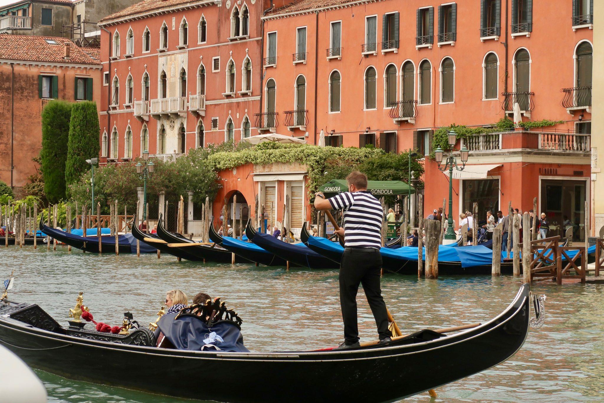 Venedig: Eine Gondelfahrt ist für viele Touristen ein Highlight ihres Venedig-Besuchs, weshalb sie an der Station häufig Schlange stehen (wie hier im Bild)