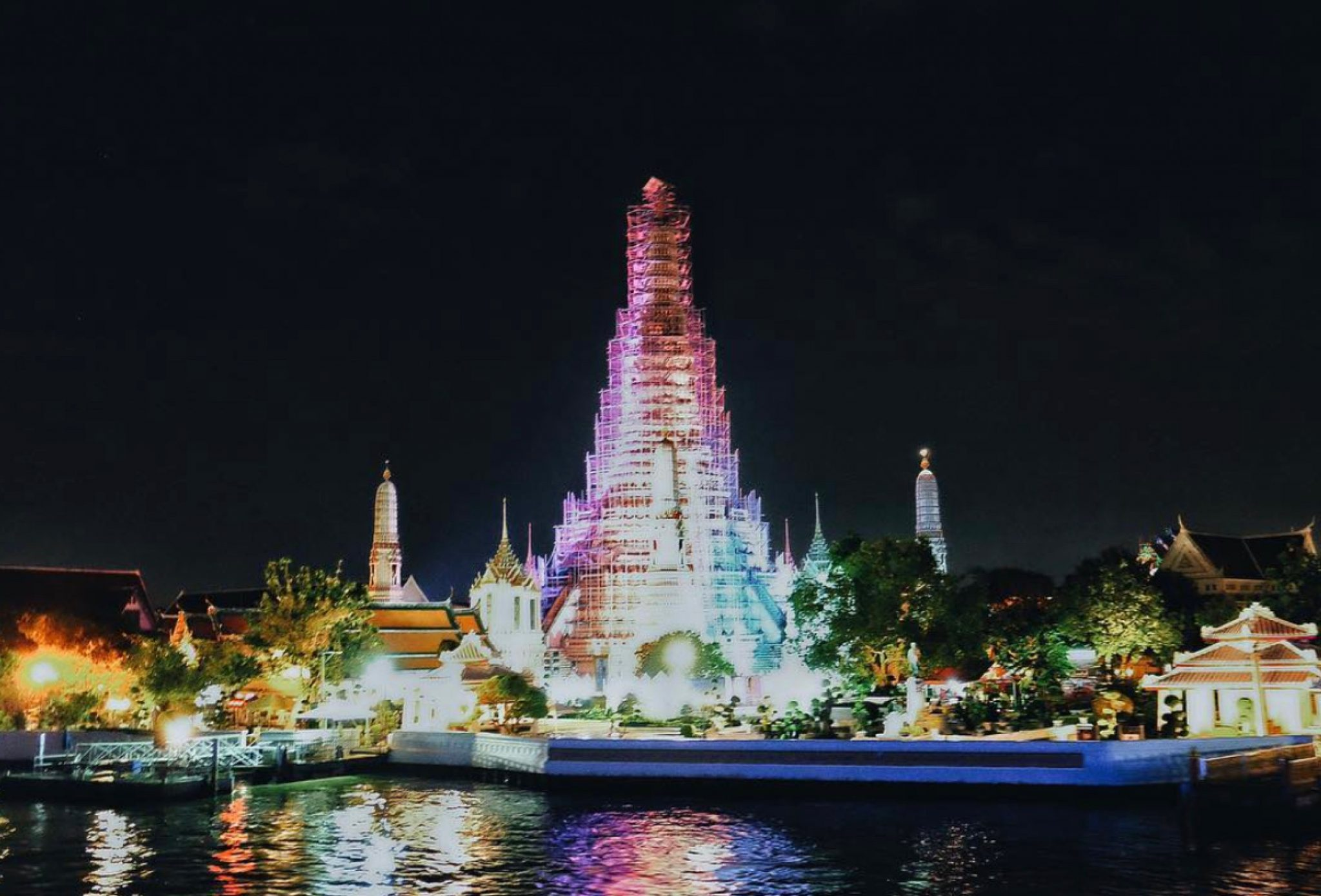Thailand, Bangkok: Wat Arun (Tempel der Morgenröte) bei Nacht