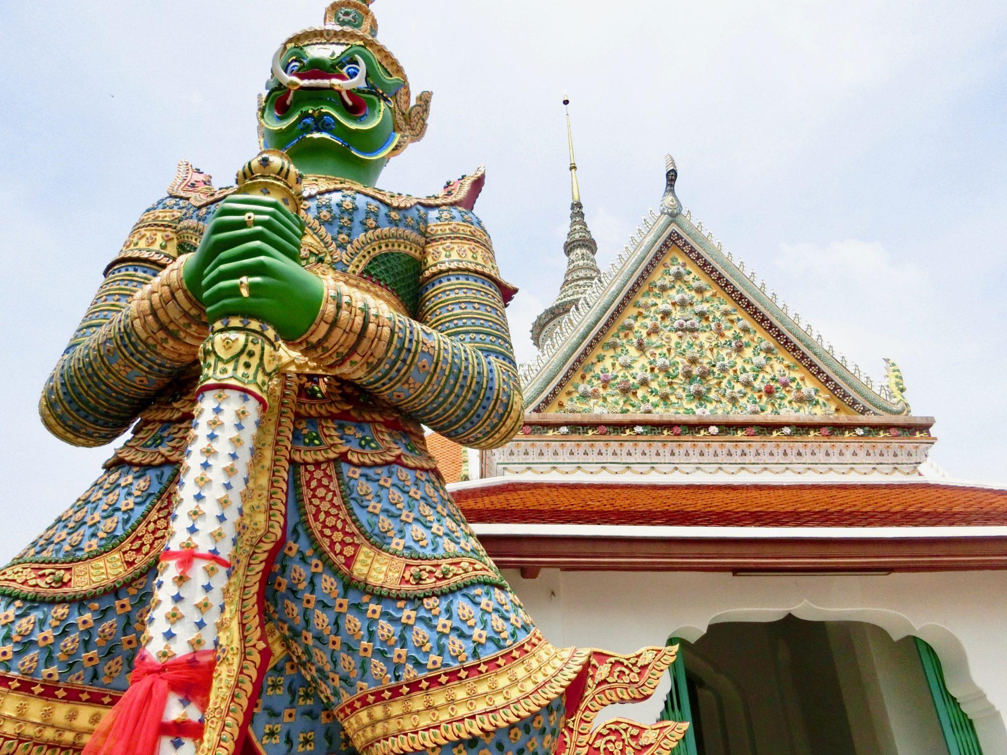 Thailand, Bangkok: Wat Arun (Tempel der Thailand, Bangkok: Wat Arun (Tempel der Morgenröte). Mittig der Yashka-Wächter ist eine Tür, welche dich zu einem Tempel führt.Morgenröte)Yashka-Wächter, die über das Tempelgelände wachen.