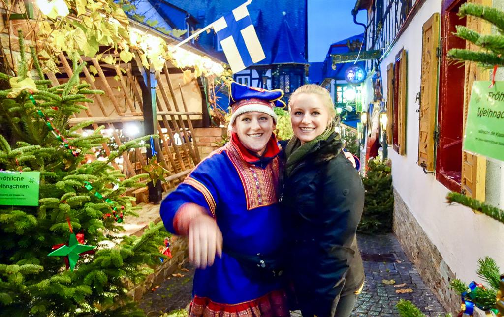 Auf dem Weihnachtsmarkt der Nationen sind insgesamt 20 verschiedene Länder vertreten. In der Drosselgasse kannst du Finnland besuchen.