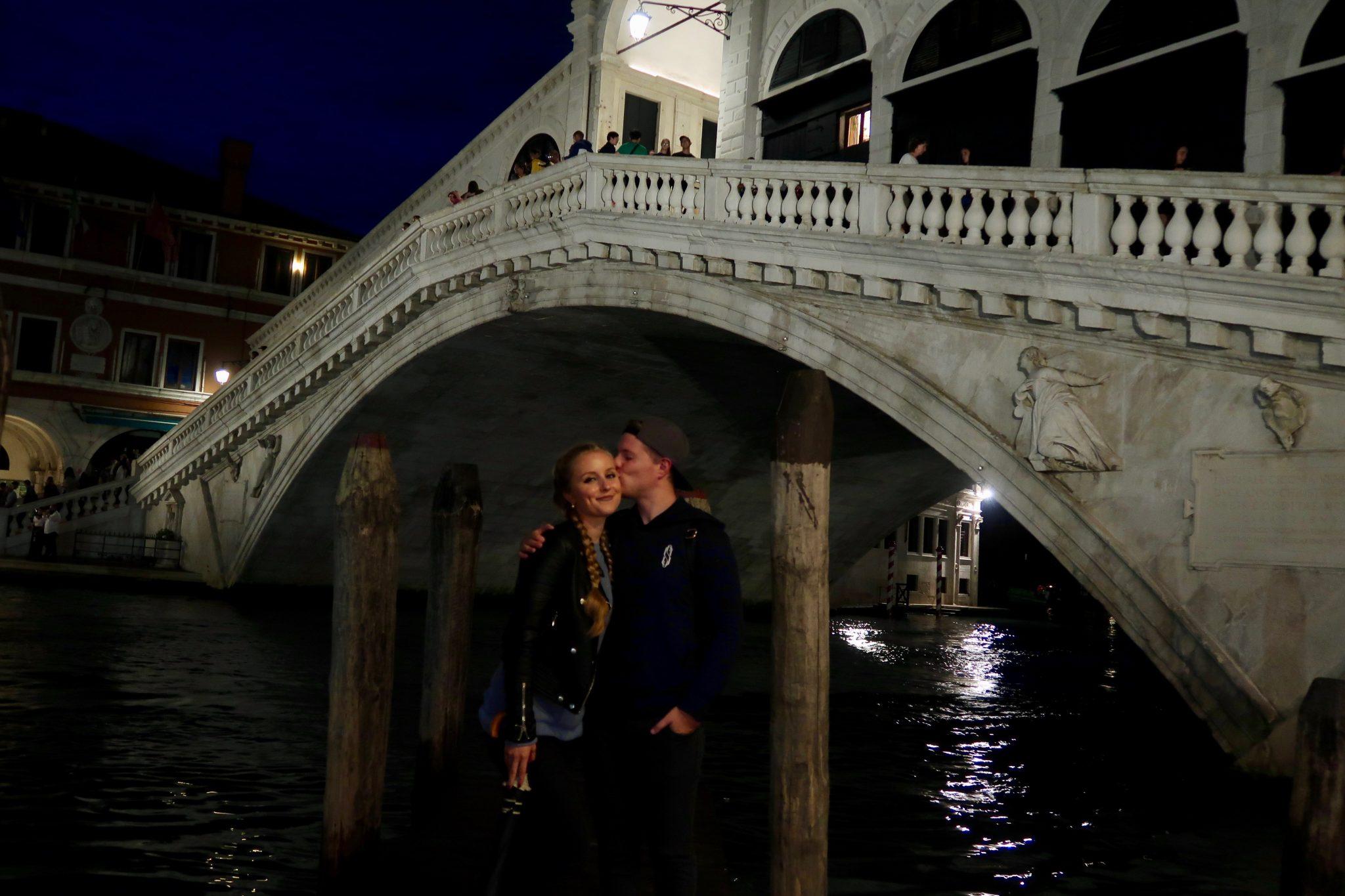 Venedig: die Rialtobrücke bei Nacht (Matthias und ich)