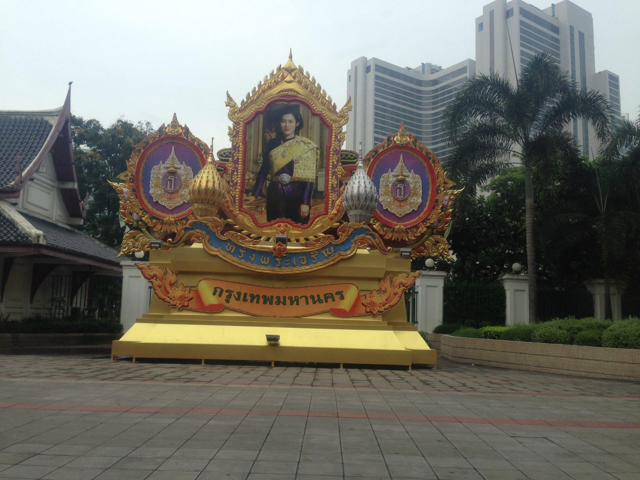 Thailändische Königsfamilie, in ganz Thailand stehen überdimensionale Bilder offen auf der Straße ohne Security herum
