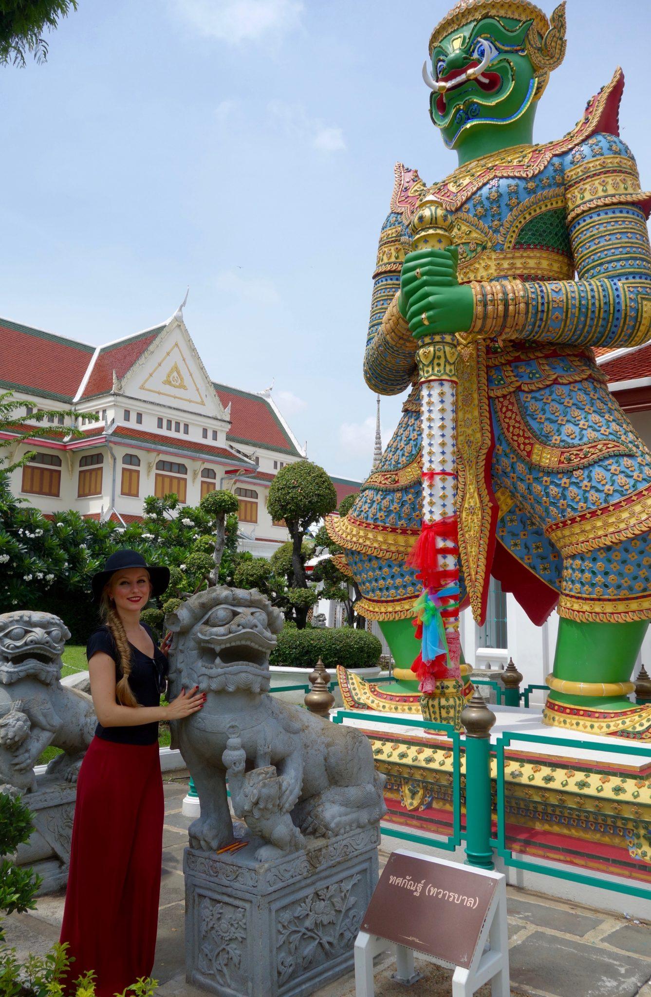 Thailand, Bangkok: Wat Arun (Tempel der Morgenröte). Die Yashka-Wächter wachen stolz und beeindruckend über das Tempelgelände.