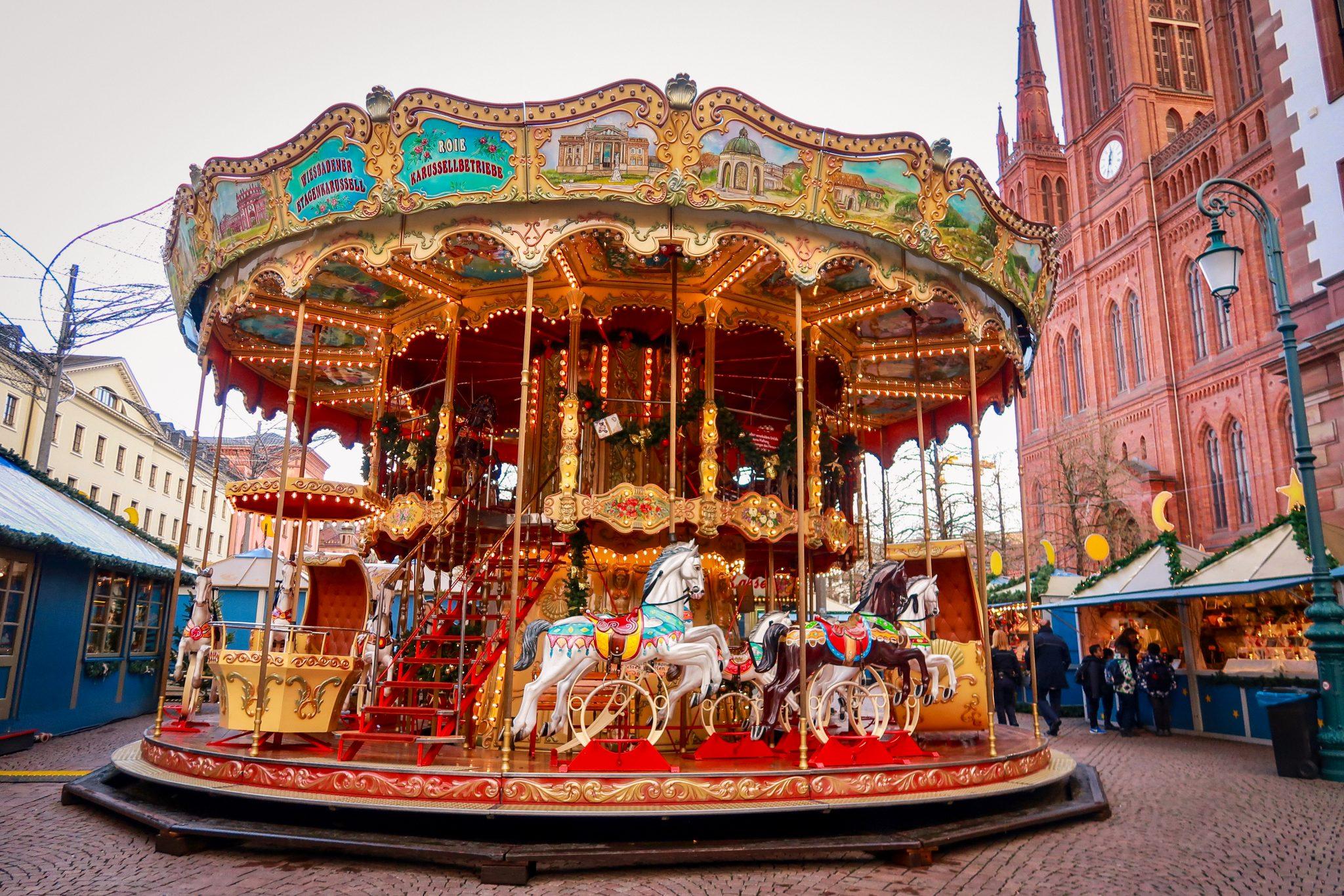 Wiesbaden, Sternschnuppenmarkt: Auf dem Karussell wird das historische Wiesbaden dargestellt. Diese künstlerischen Darstellungen wurden in Handarbeit angefertigt.
