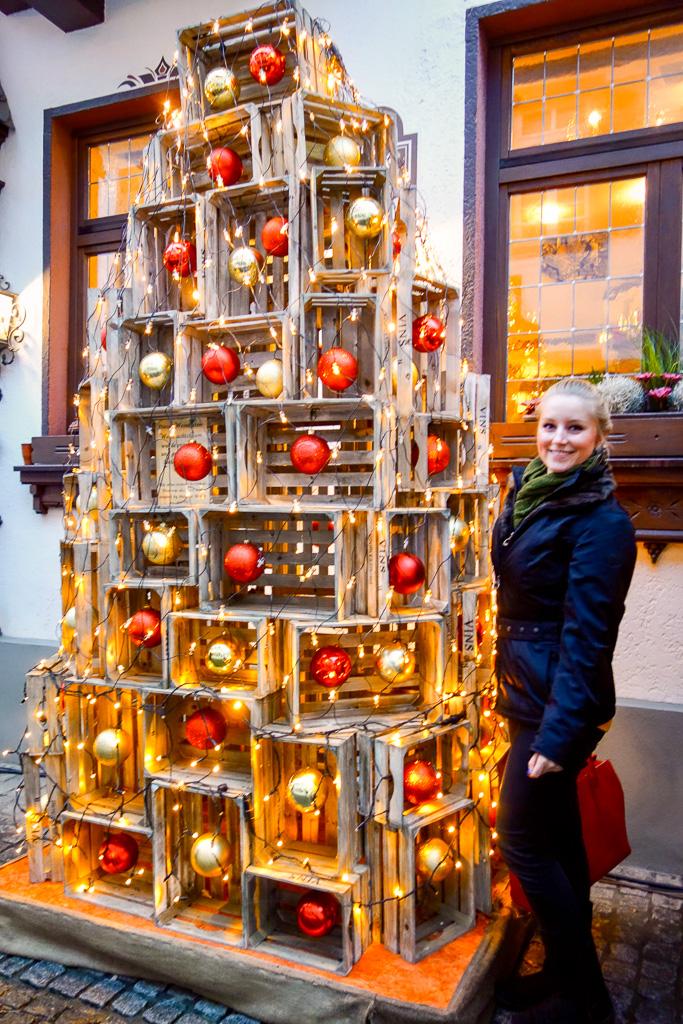 Rüdesheim, Weihnachtsmarkt der Nationen: Ein sehr kreativer Weihnachtsbaum aus Weinkisten!
