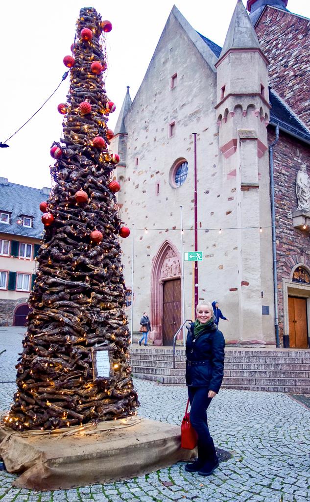 Rüdesheim, Weihnachtsmarkt der Nationen: Der Baum besteht aus abgeschnittenen Weinreben aus den Weinbergen rund um Rüdesheim. Es muss wirklich sehr viel Arbeit dahinter stecken.