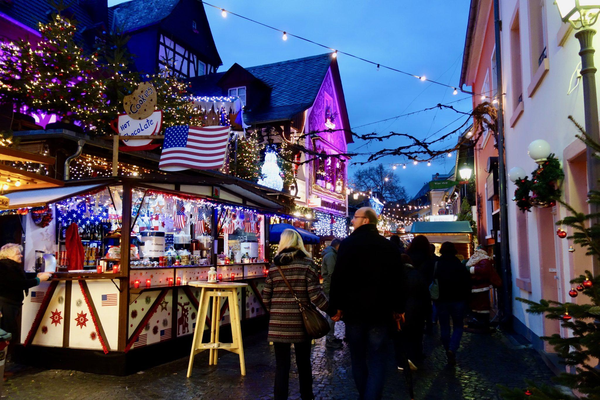 """Zu Recht der """"Weihnachtsmarkt der Nationen"""", hier ein Stand aus den USA"""