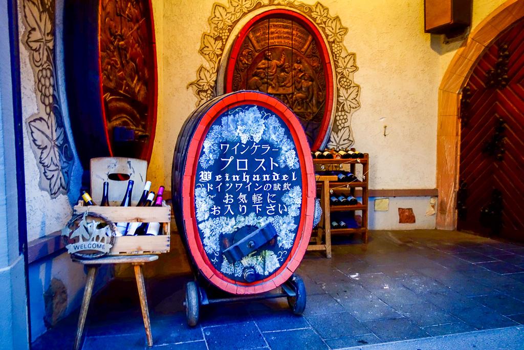 Rüdesheim, Weihnachtsmarkt der Nationen: Weinhandel auf vielen verschiedenen Sprachen.