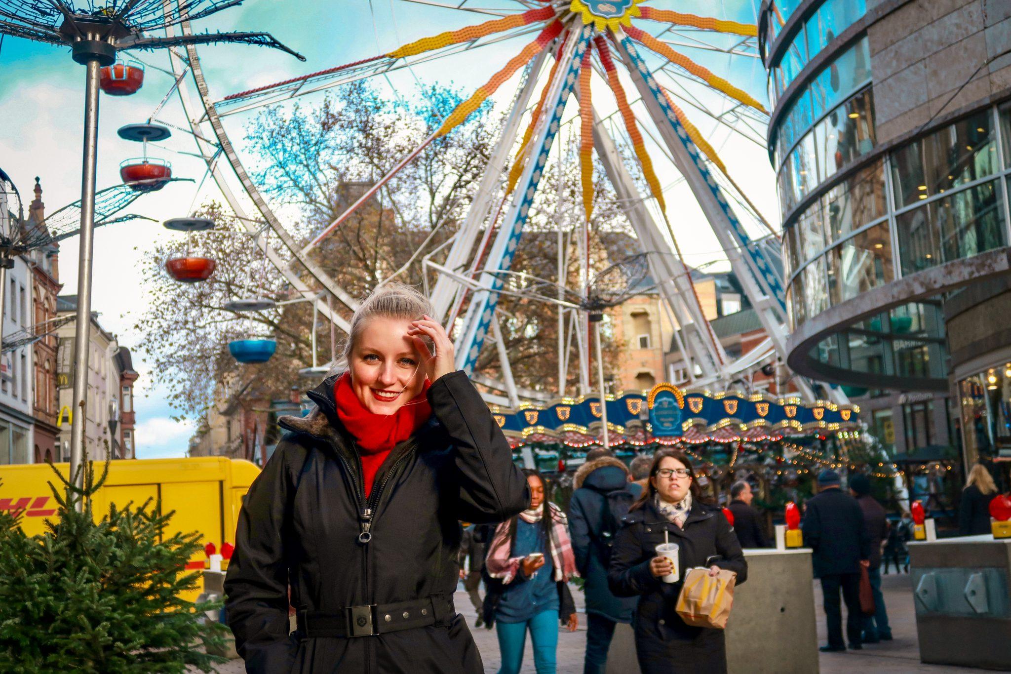 Wiesbaden, Sternschnuppenmarkt: Mitten in der Einkaufsstraße steht ein 45 Meter hohes Riesenrad, von welchem du den Weihnachtsmarkt aus sehen kannst.