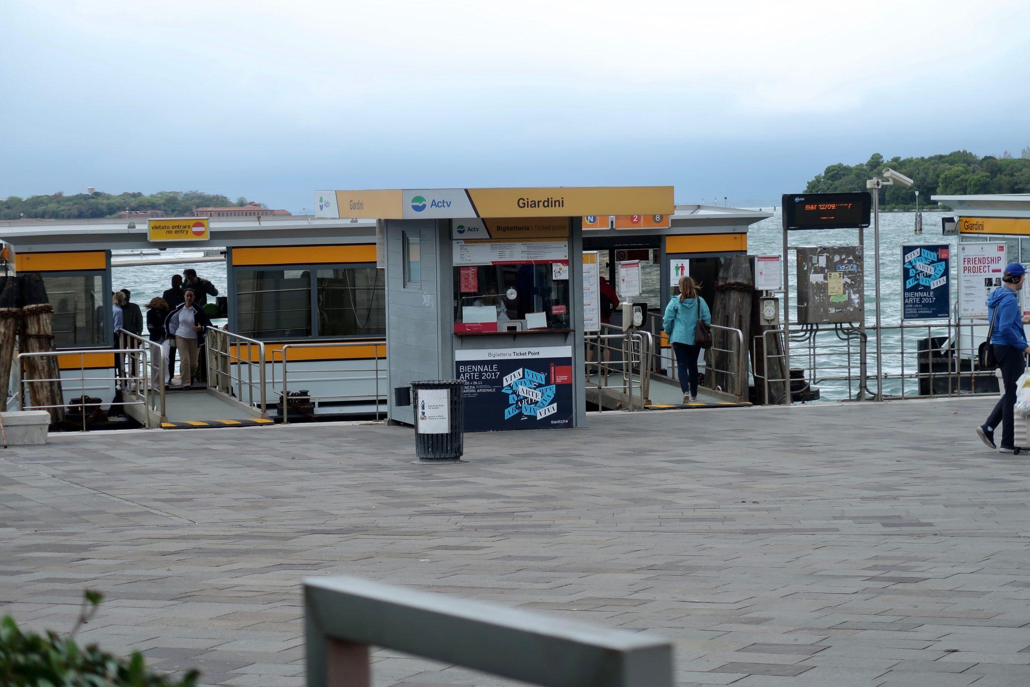 Venedig: Du hast dich gefragt, wie wohl die Bootshaltestellen aussehen? Sie sind natürlich auf dem Wasser gebaut und können ganz schön wackeln... In der Mitte ist der Fahrkartenverkäufer, bei welchem du dein Ticket kaufen kannst.