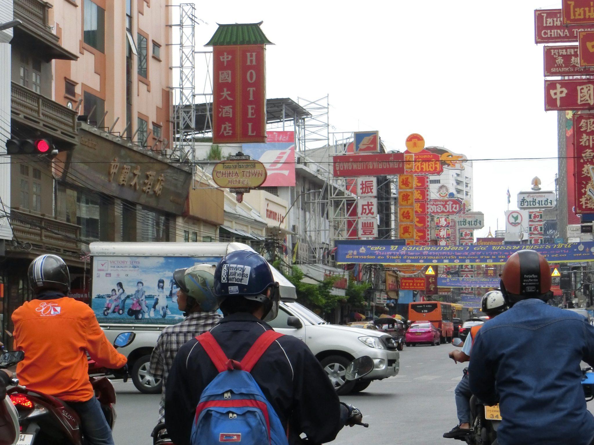 Thailand, Bangkok, Chinatown: An den vielen chinesischen Schriftzeichen kannst du den Anfang von Chinatown deutlich erkennen