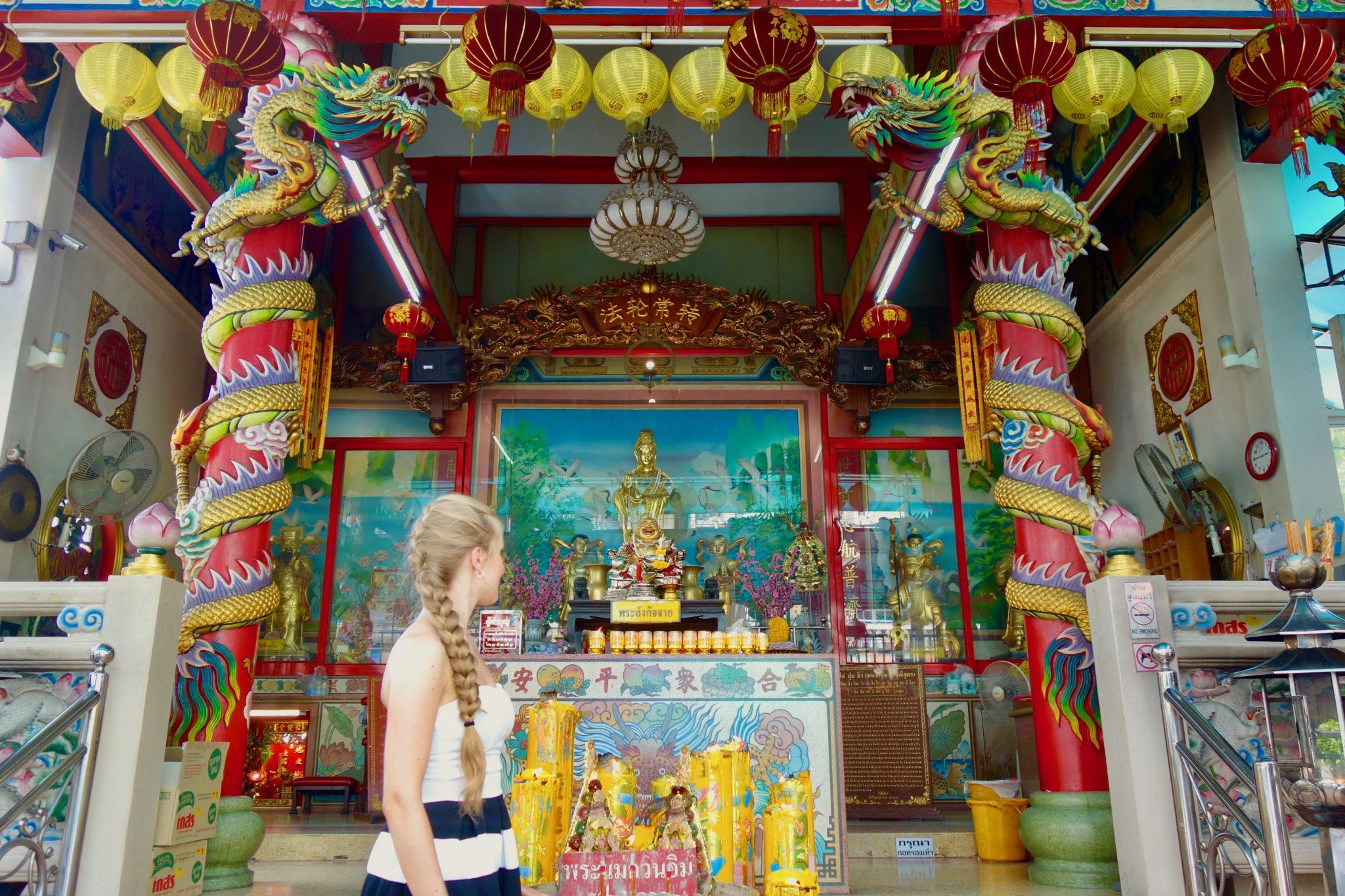 Thailand, Bangkok, Chinatown: Ein weiterer Tempel mitten an der befahrenden Straße