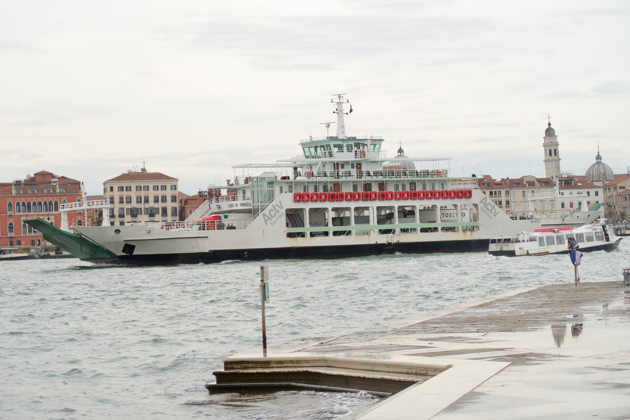 Venedig: Fähren, wirkt das Boot daneben nicht winzig?