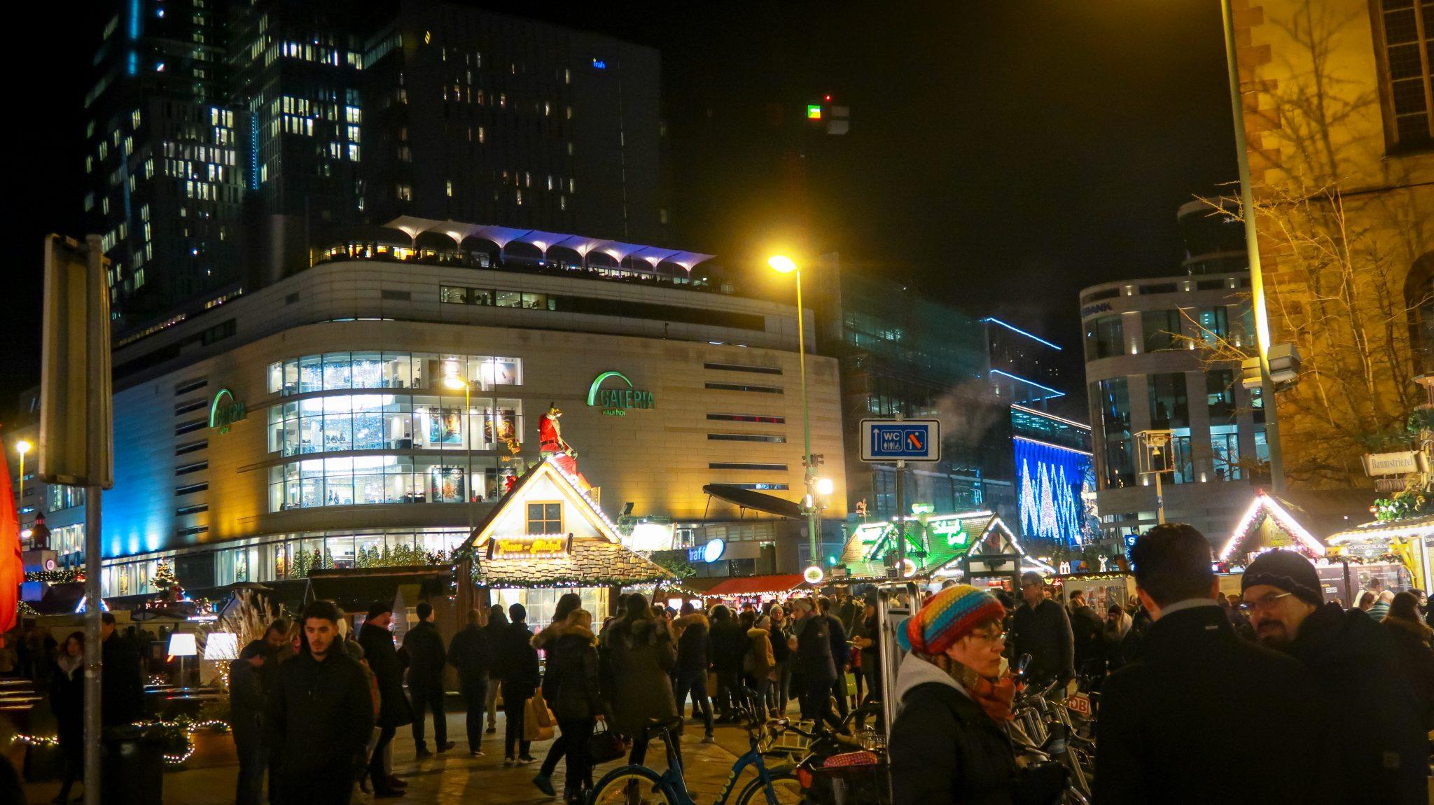 Frankfurter Weihnachtsmarkt: Er fängt an der Zeil an und zieht sich von dort bis zum Römer hin.