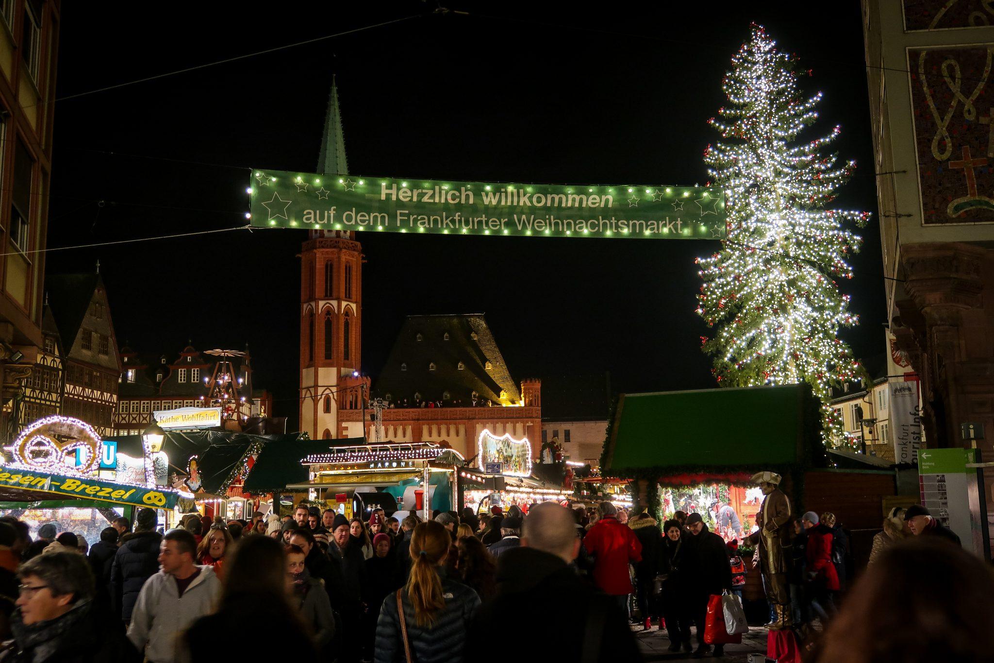 Frankfurter Weihnachtsmarkt: Der riesige Weihnachtsbaum ist deutlich erkennbar.