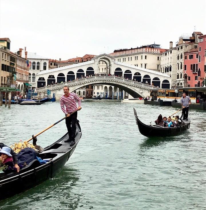 Venedig: Die weltbekannten Gondeln befinden sich natürlich in Venedig. Sie sehen sehr romantisch aus, jedoch verlangen die Gondoliere sehr viel Geld, was das Romantische wieder wegweht.