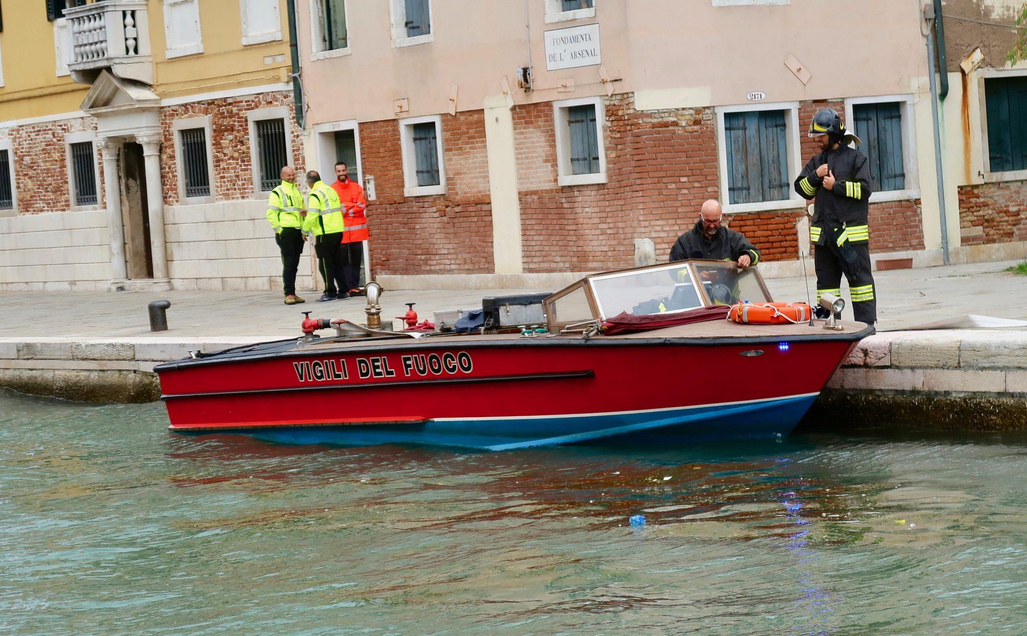 Venedig, Feuerwehr - Löschfahrzeug: Was glaubst du, wie lange benötigt die Feuerwehr, um beim Feuer, das sie löschen sollen, ankommt? Wenigstens sparen sie Zeit bei der Wasserbeschaffung - direkt unter dem Einsatzfahrzeug.