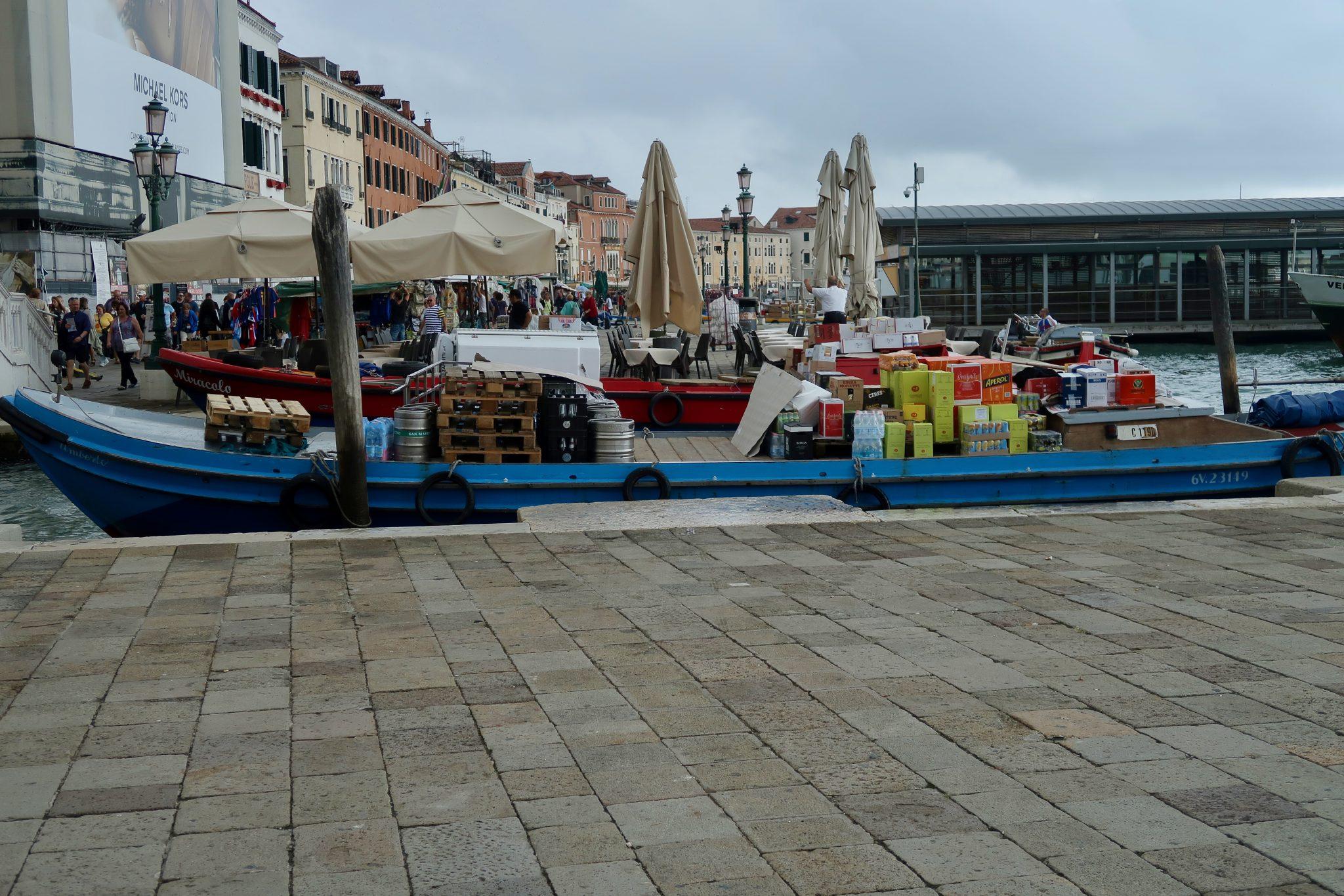 Venedig: Lieferanten liefern über Boote