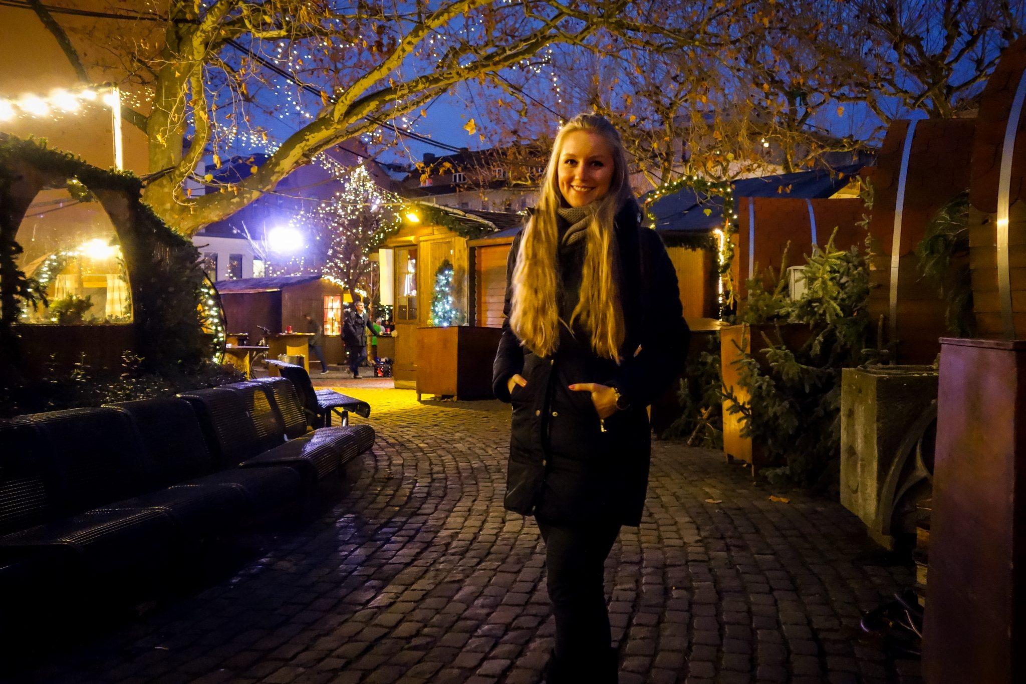 Mainzer Weihnachtsmarkt: Im romantischen Weihnachtsdorf kannst du dich aufwärmen, denn dort gibt es auch eine Feuerstelle.