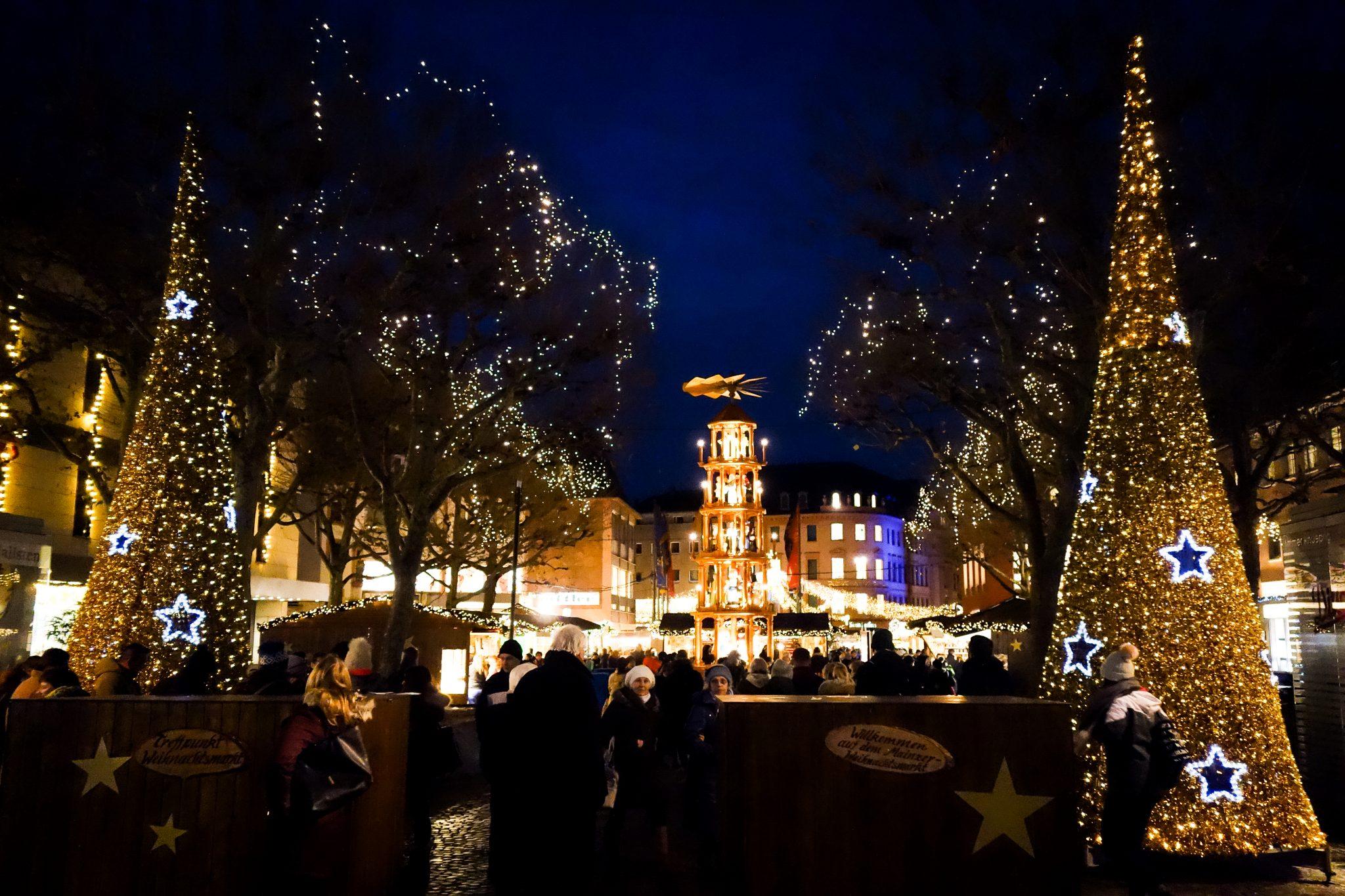 Direkt vor dem Eingang des Mainzer Weihnachtsmarkts stehen 2 große Betonblöcke, welche aufgehübscht worden sind. Kannst du sie erkennen? Die anderen Eingänge werden von Polizeiautos blockiert und nur Busse können durchfahren.