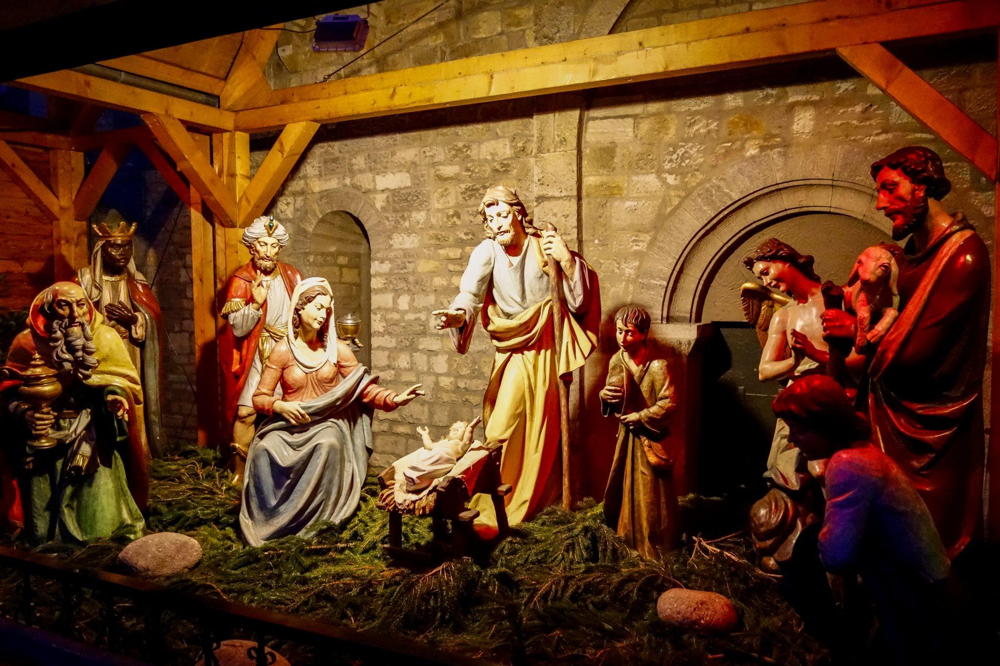 Die Krippe auf dem Mainzer Weihnachtsmarkt ist handgeschnitzt.
