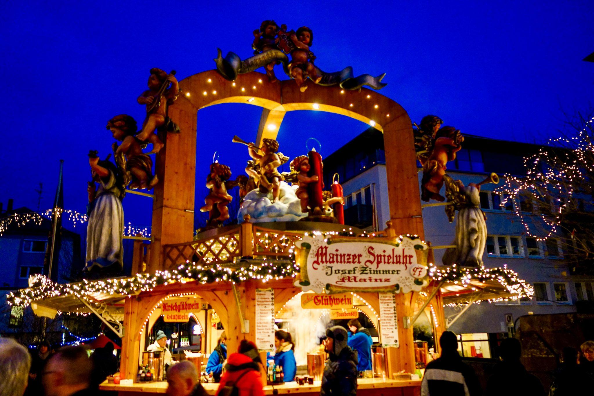 Mainzer Weihnachtsmarkt: Die Engelsfiguren drehen sich im Kreis - und das bei herrlicher Musik.