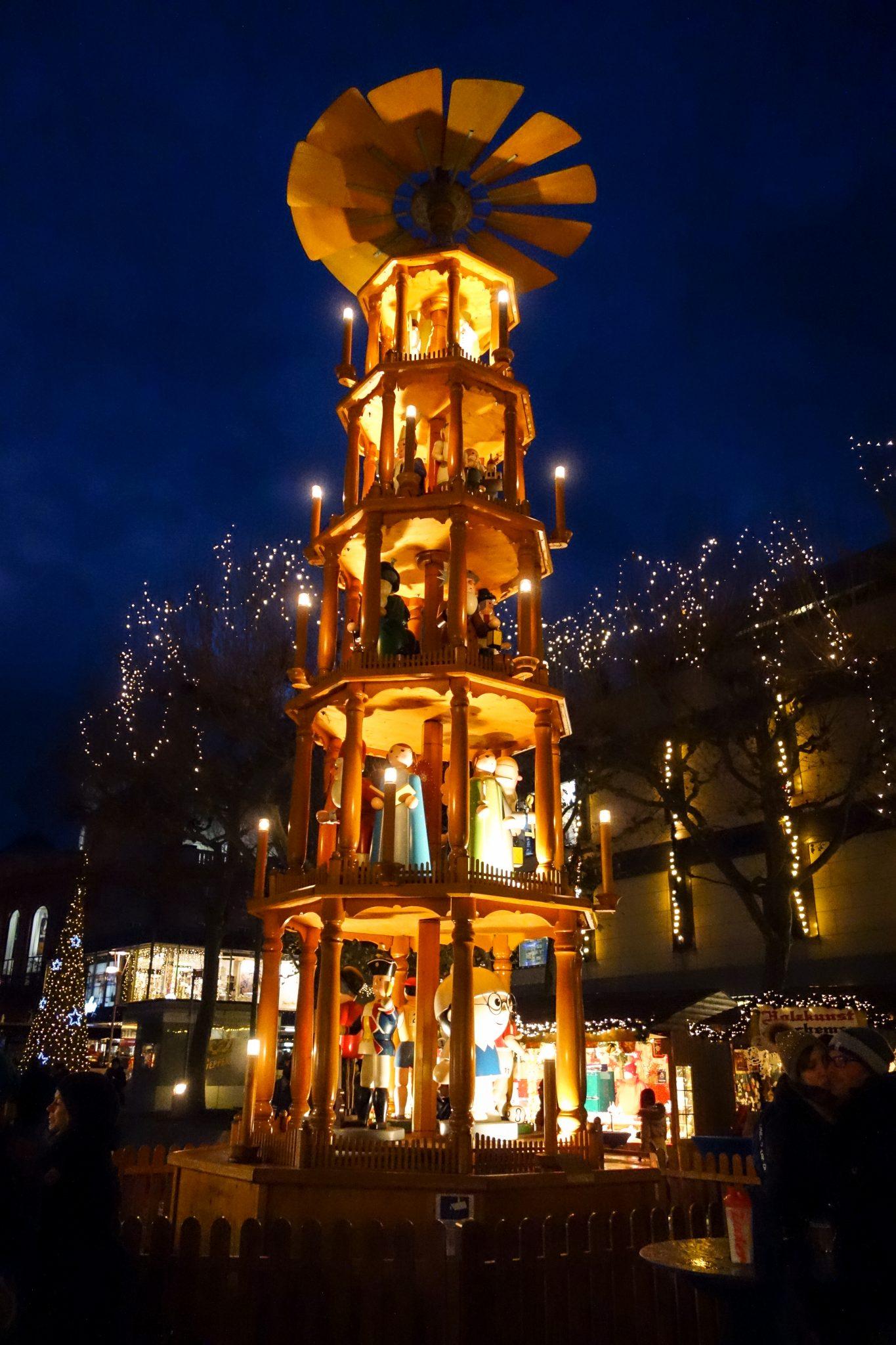 Mainzer Weihnachtsmarkt: Die 11 Meter hohe Weihnachtspyramide ist eines meiner Highlights.