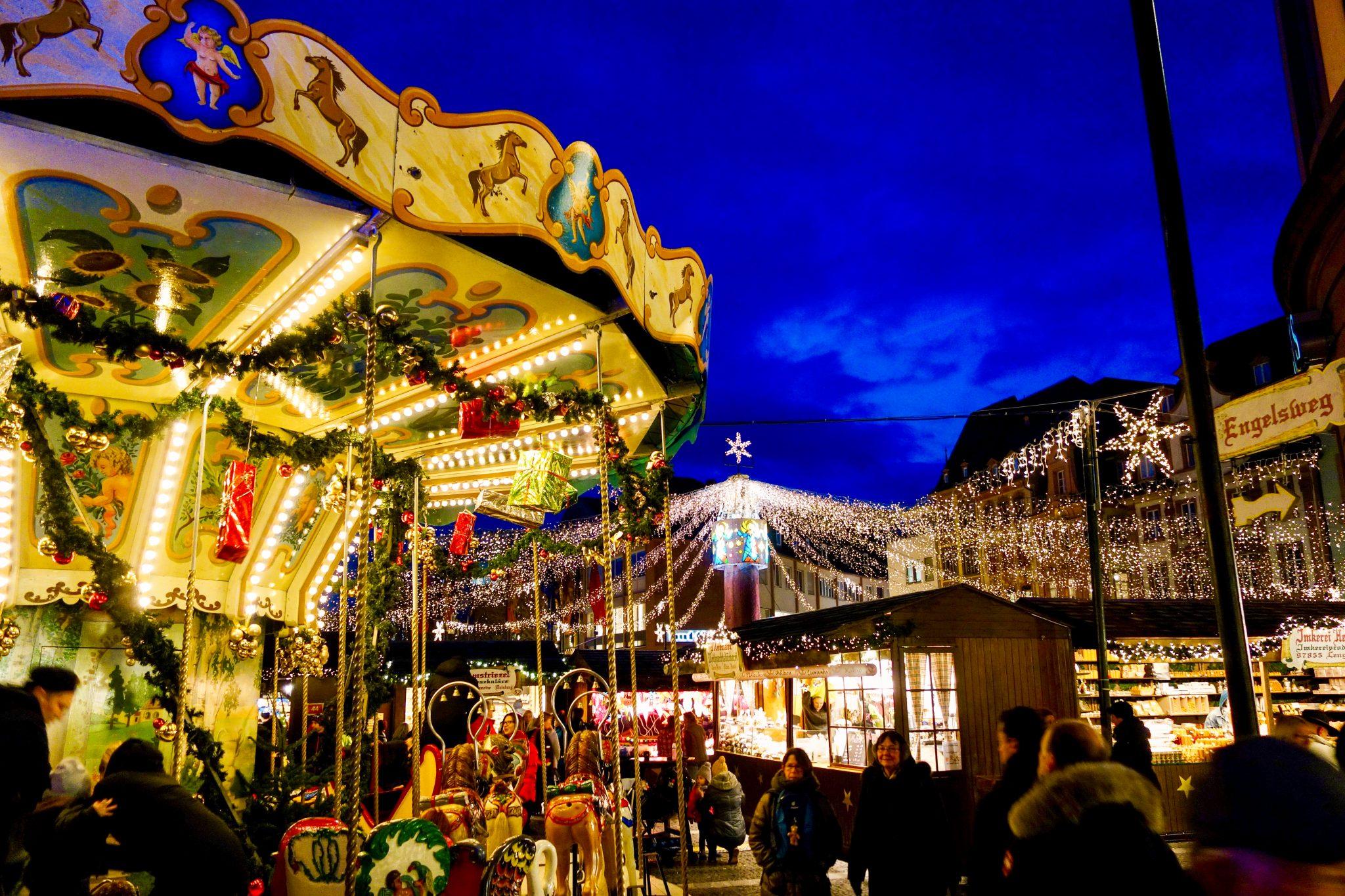 Mainzer Weihnachtsmarkt: Für die Spielkinder unter uns gibt es auch Karusselle.
