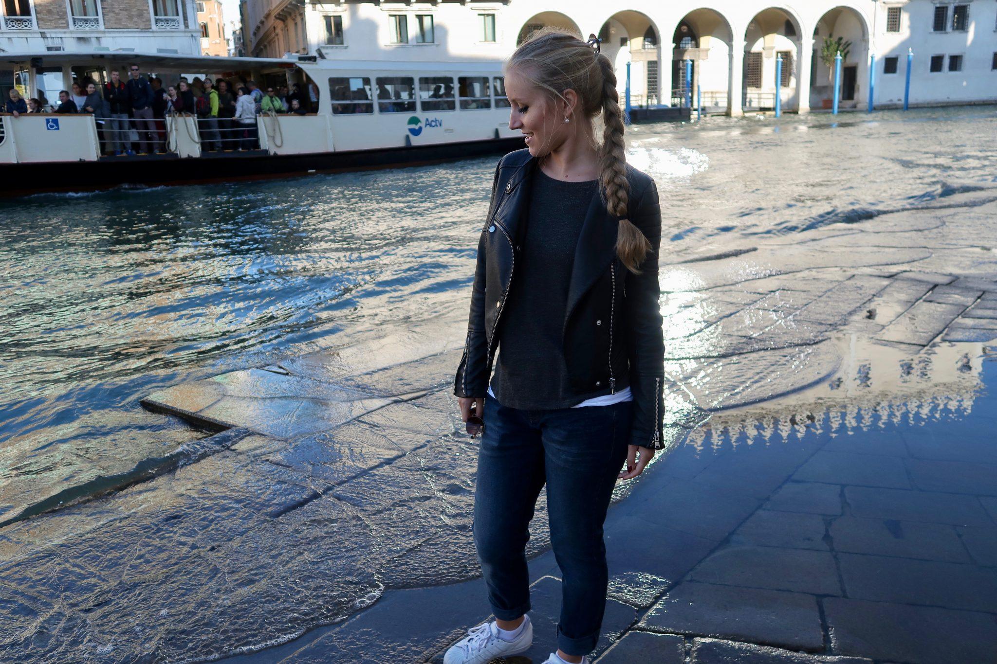 ... und wenn du nicht aufpasst, hast du ganz viel Wasser in den Schuhen. In Venedig kein Kunststück!