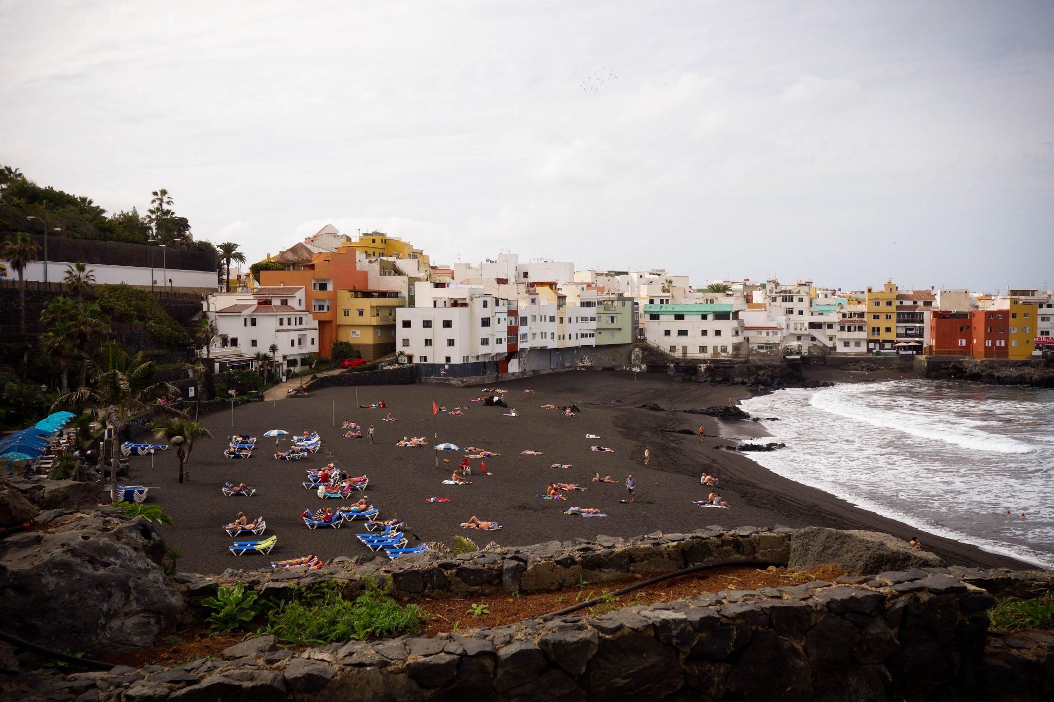 Teneriffa, Puerto de la Cruz: Dies ist mein Lieblingsabschnitt vom Strand gewesen, da dort nicht allzu viele Touristen waren. Links oben kann man bereits den Loro Parque entdecken.