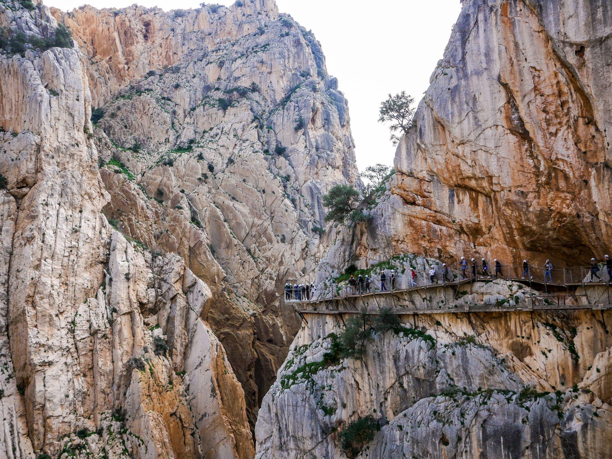 Caminito del Rey, Andalusien, Spanien: Damit du auch mal einen Überblick hast, wie riesig dort alles ist. Erkennst du die Menschen? Erkennst du den alten Weg unter ihnen?