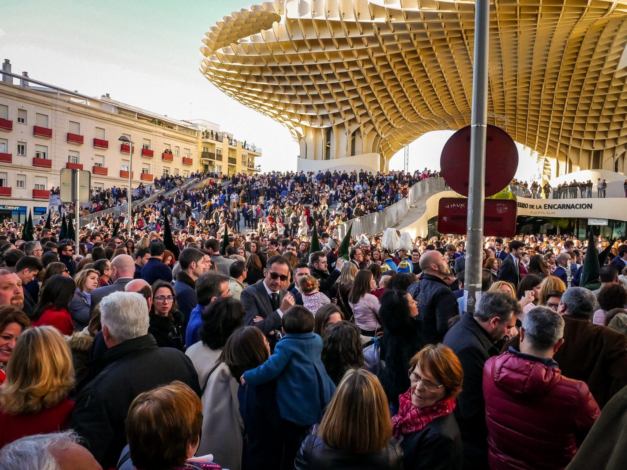 Die Semana Santa in Sevilla verbindet jung und alt, jede Generation ist vertreten.