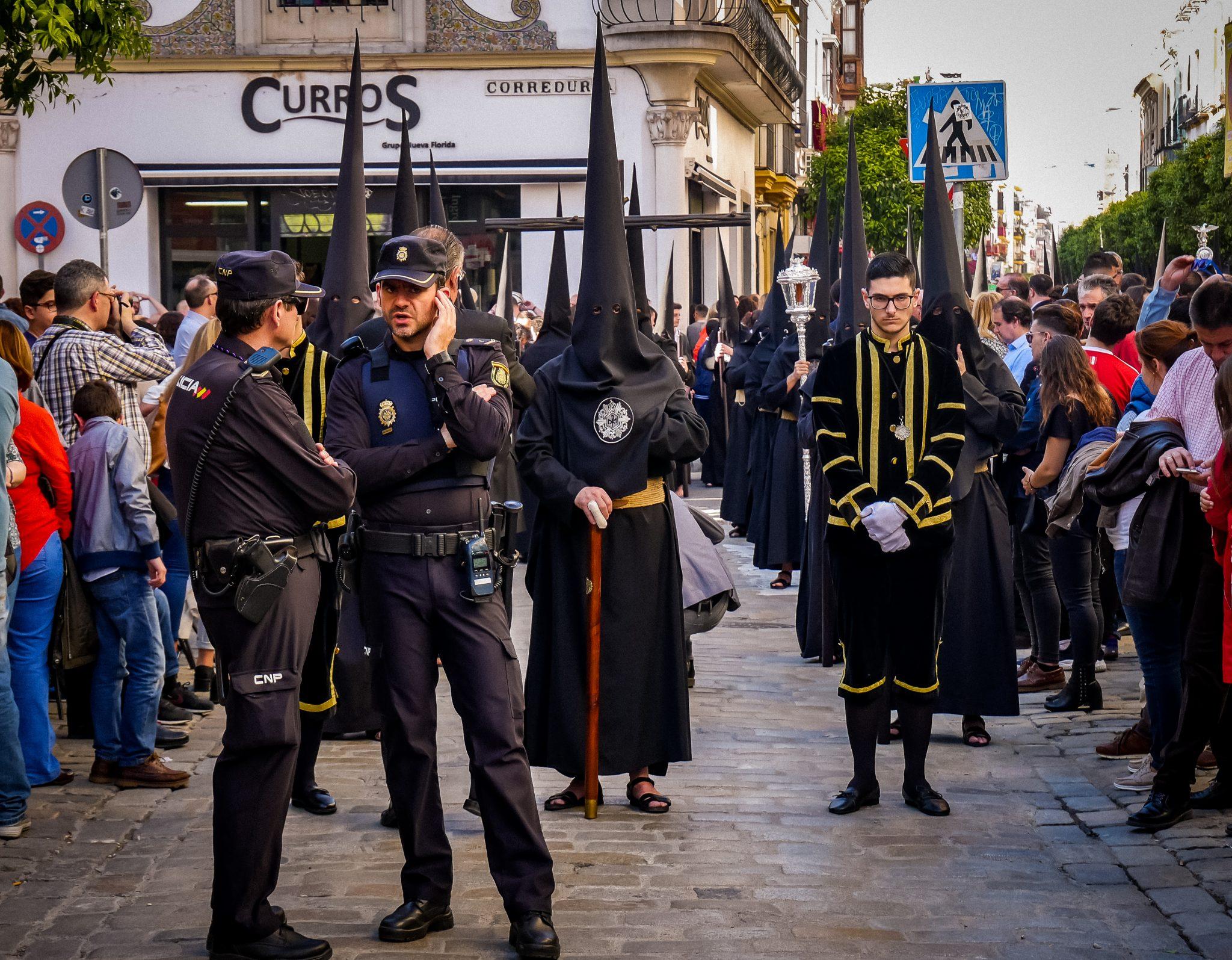 Für die Sicherheit auf der Semana Santa in Sevilla ist natürlich auch gesorgt, immer wieder kannst du die Polizei sehen.
