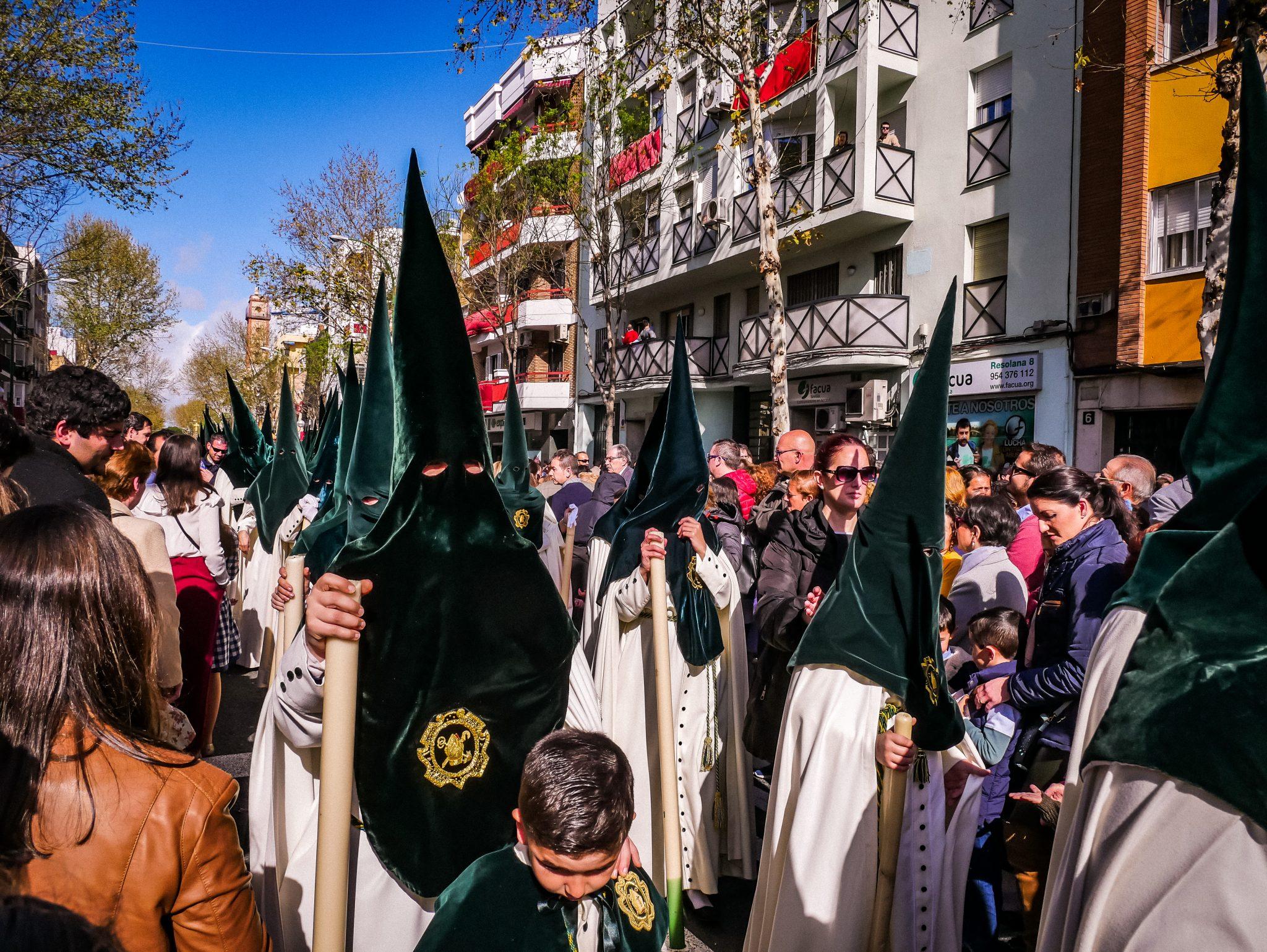 Wie hier zu sehen ist, laufen auf der Semana Santa in Sevilla heutzutage auch viele Frauen und Kinder mit.
