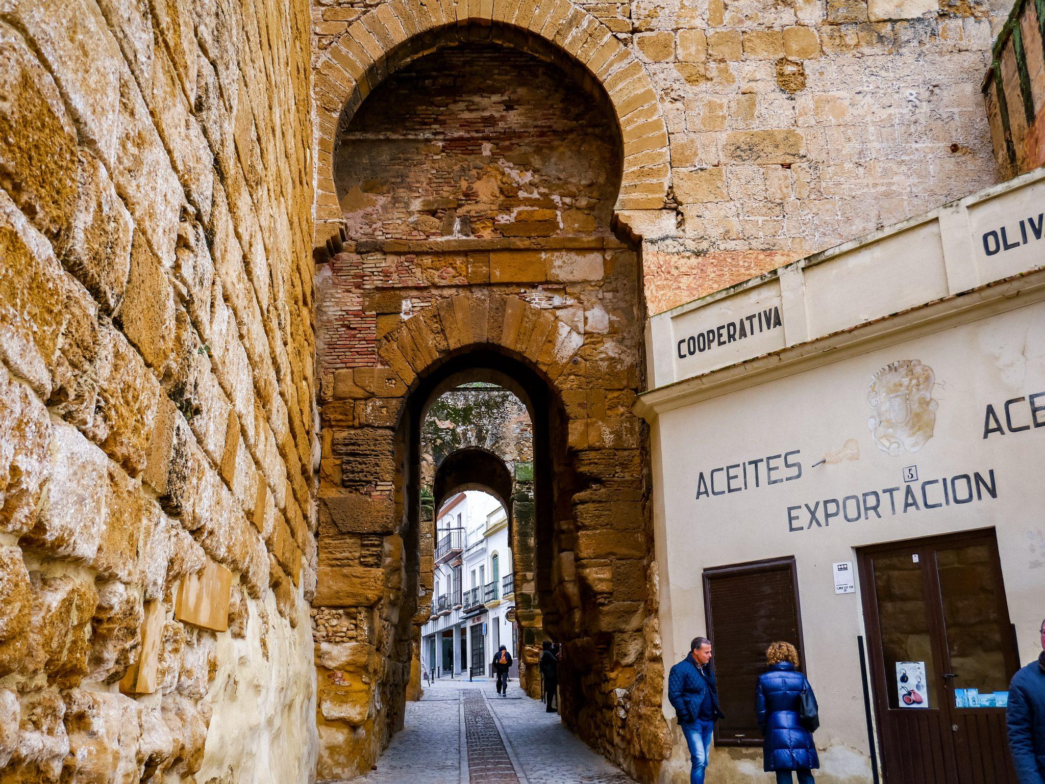 Ab hier fängt die Altstadt an: Puerta de Sevilla