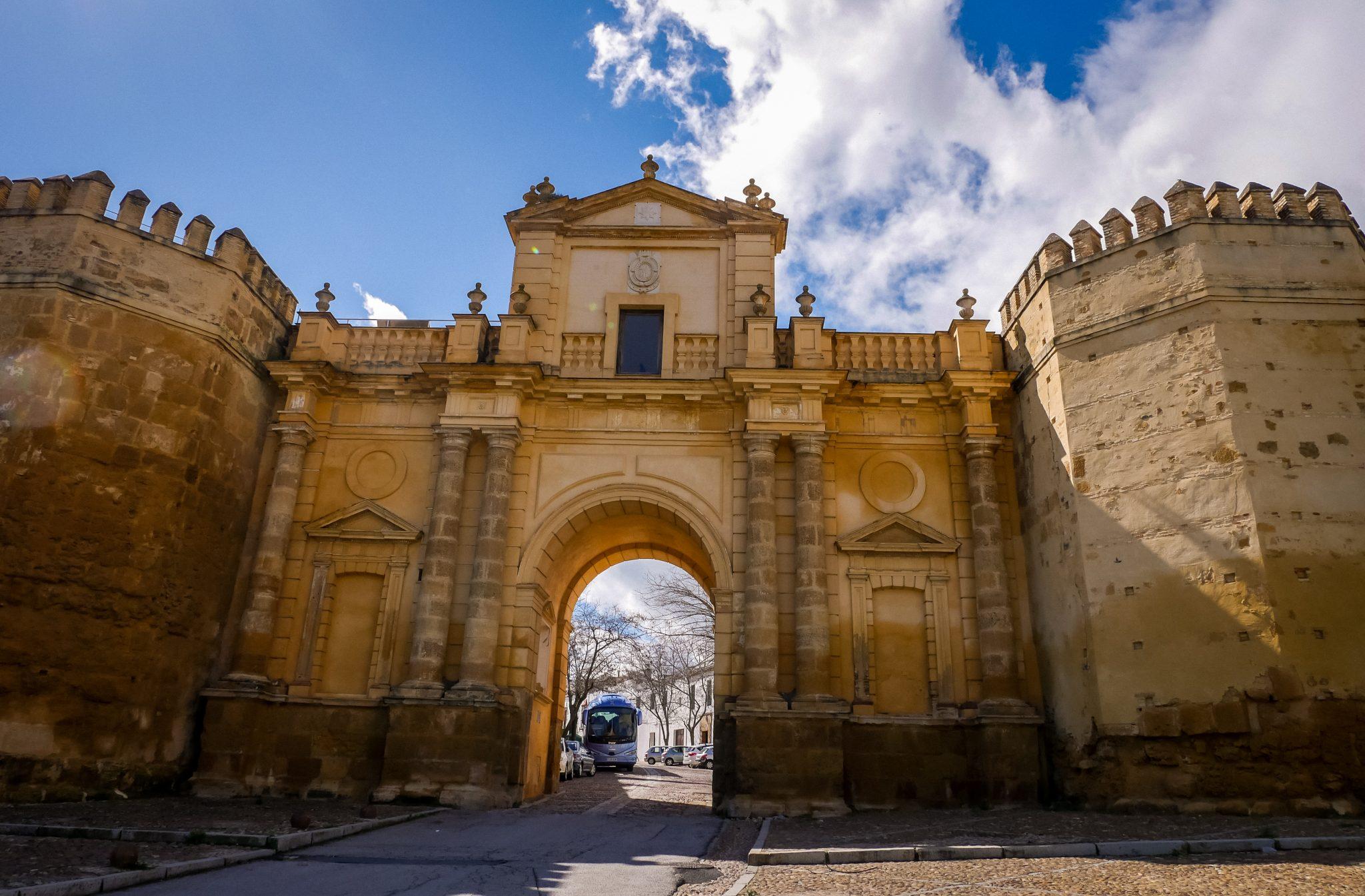 Dies ist das frühere Stadttor Puerta de Córdoba, dahinter ist die Altstadt.