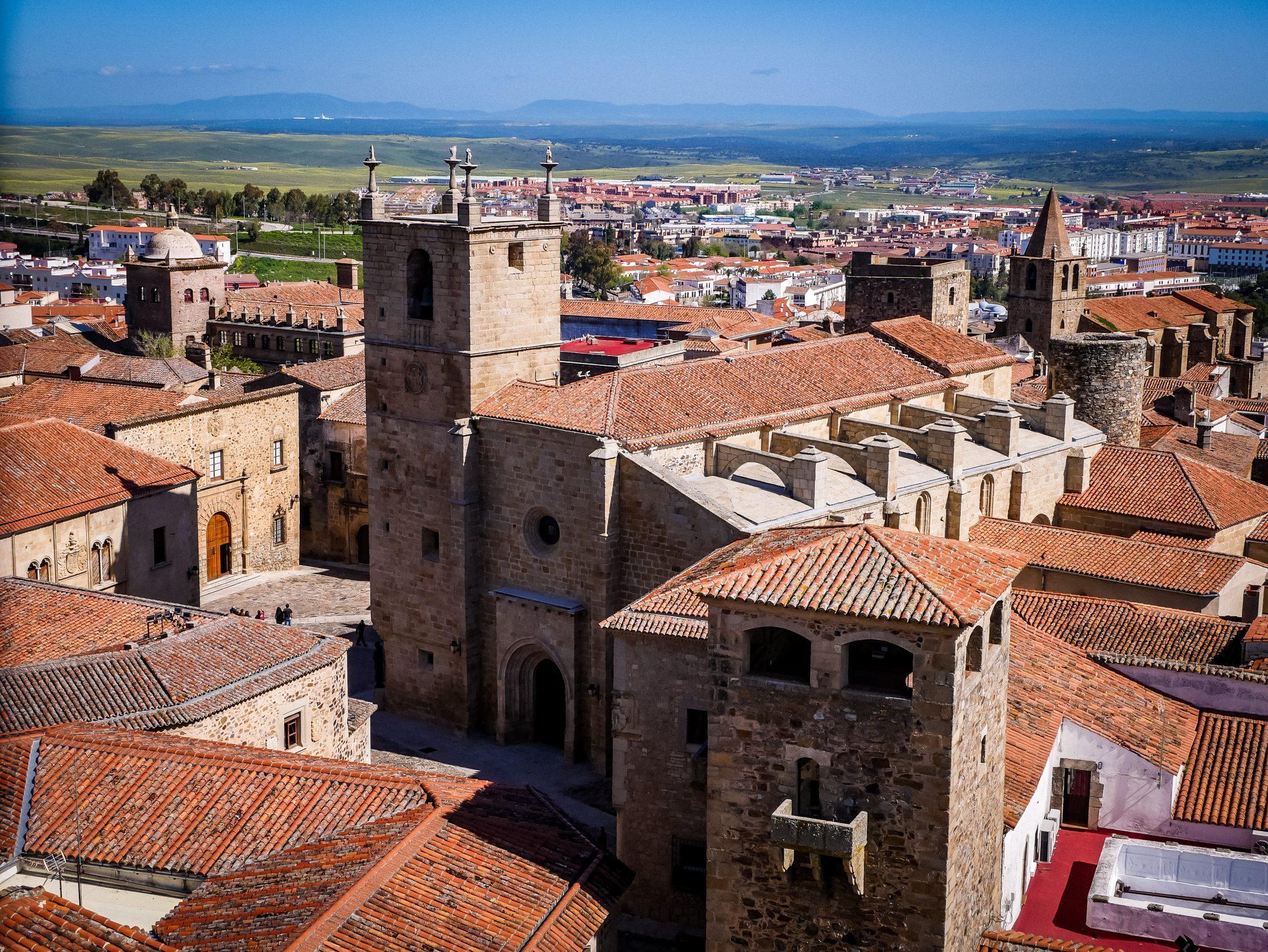 Von den Kirchtürmen der Iglesia de San Francisco Javier hast du einen wunderschönen Ausblick auf die komplette Altstadt von Cáceres.