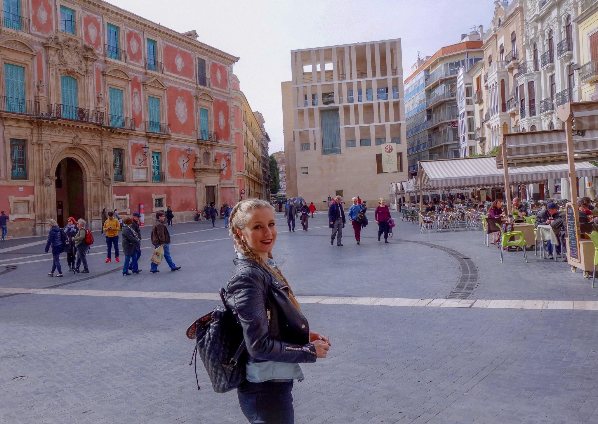 Neben dem Palast und gegenüber der Kathedrale befindet sich das moderne Rathaus von Murcia.