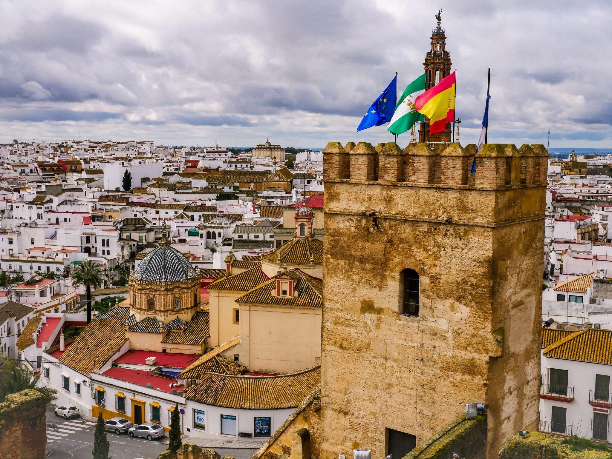 Vom Alcazar in Carmona aus hast du einen wunderschönen Blick auf die Stadt und auf die Kirche Santa Maria la Mayor