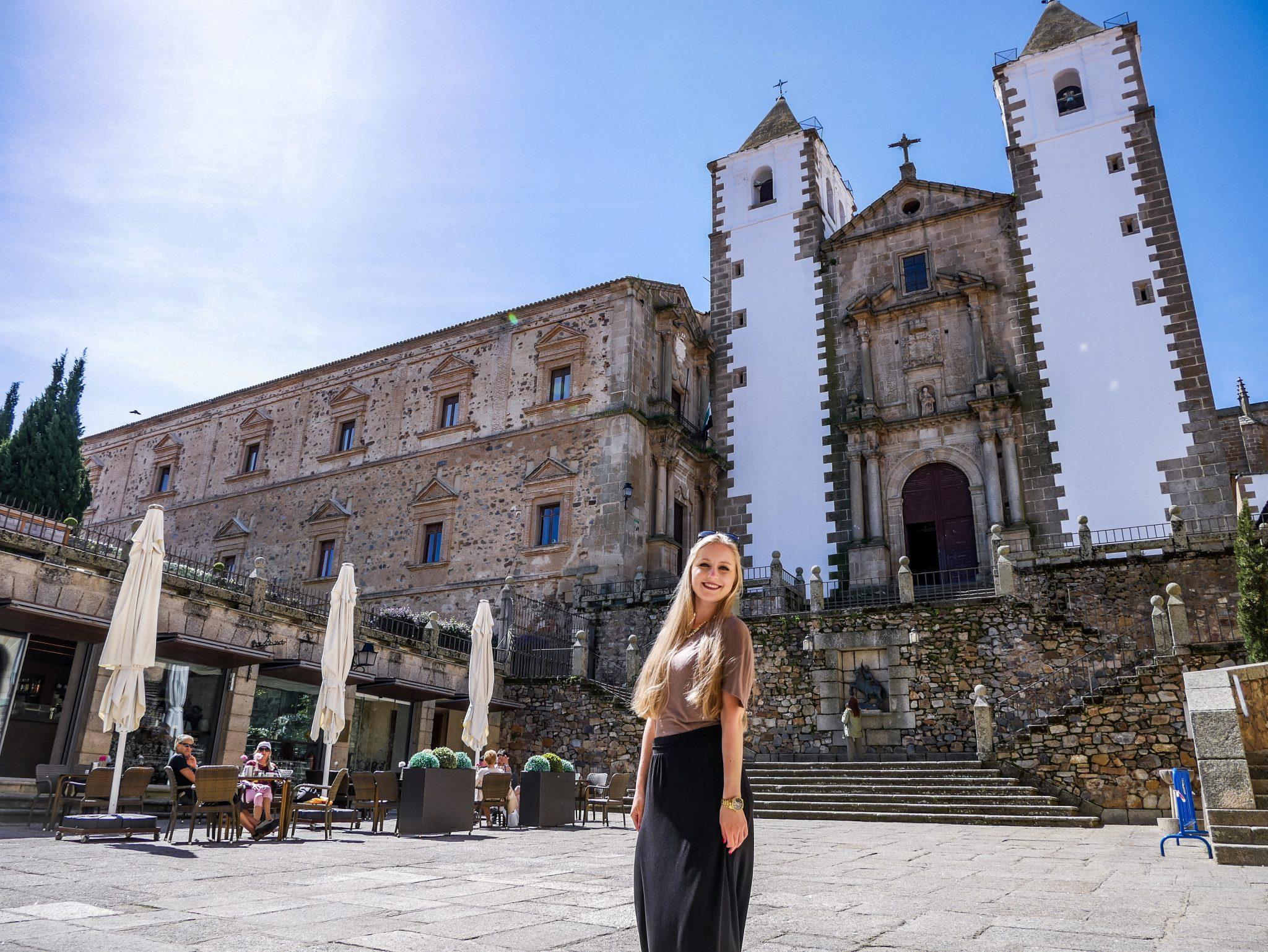Auf dem Platz vor der Iglesia de San Francisco Javier in Cáceres hast du eine tolle Aussicht auf die Kirche.