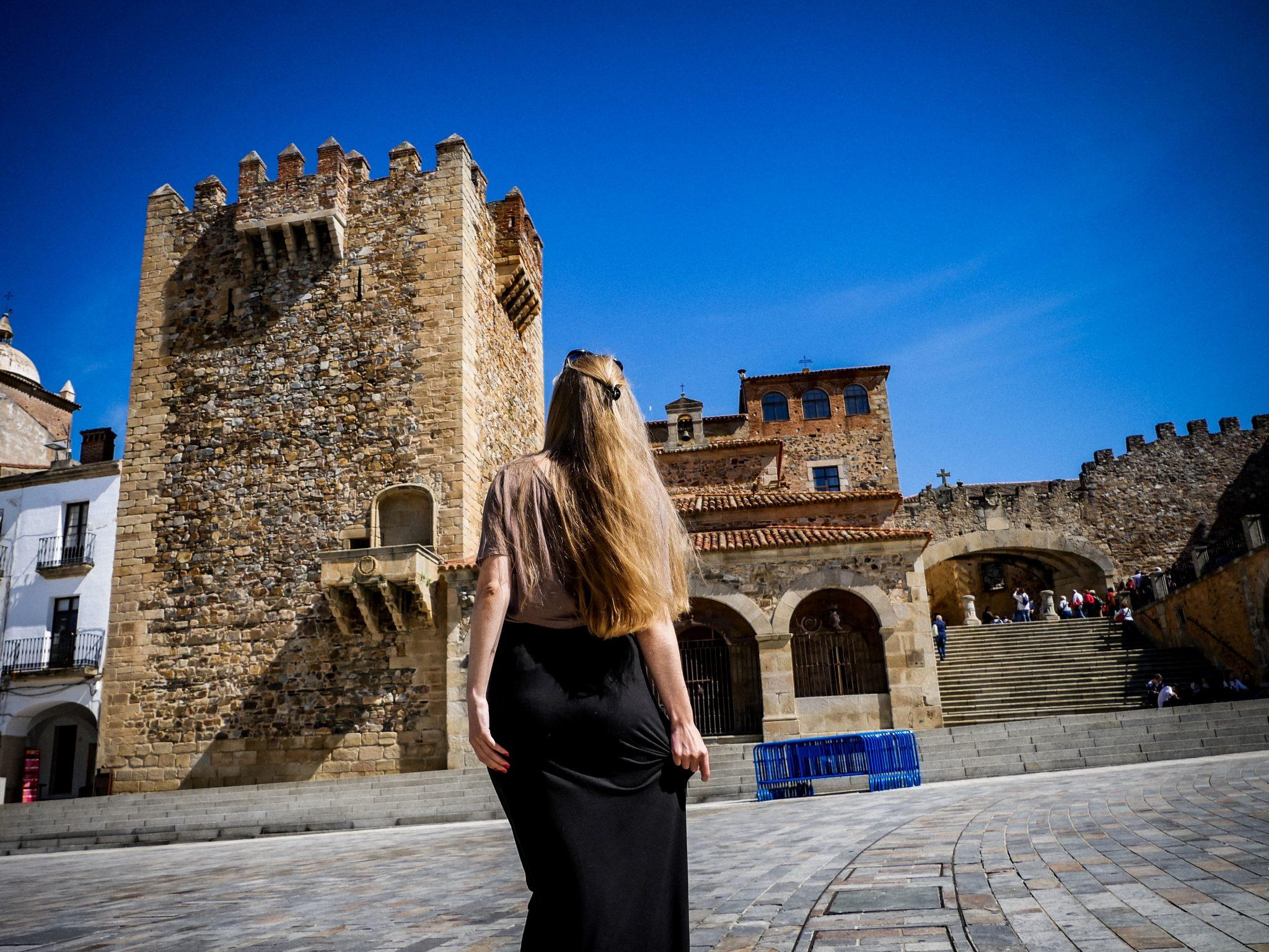 """Hinder dem """"Torre de Bujaco"""", welcher auf dem Plaza Major liegt, befindet sich der Eingang zur mittelalterlichen Altstadt."""