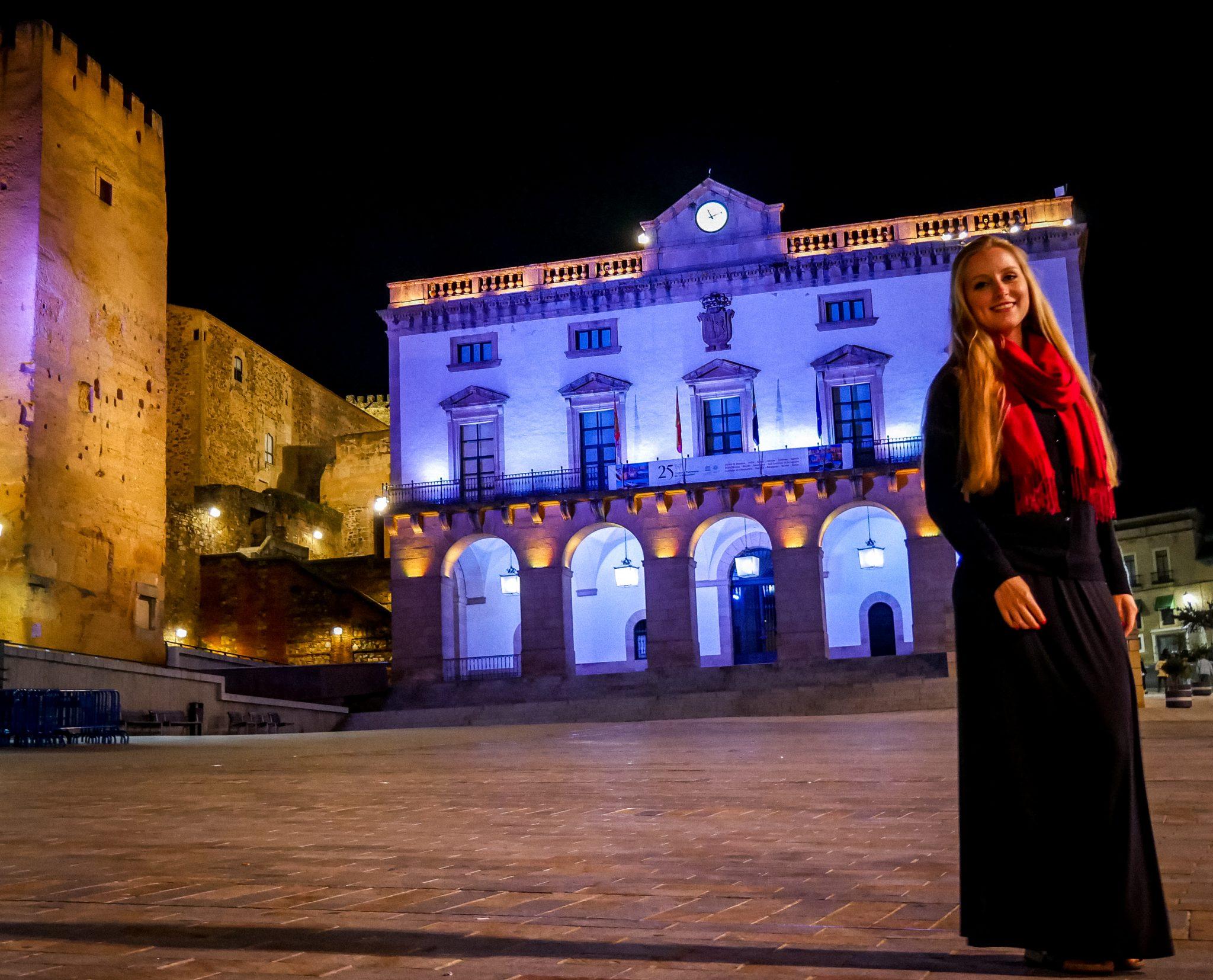 Das Rathaus von Cáceres wird am Abend wunderschön angestrahlt.