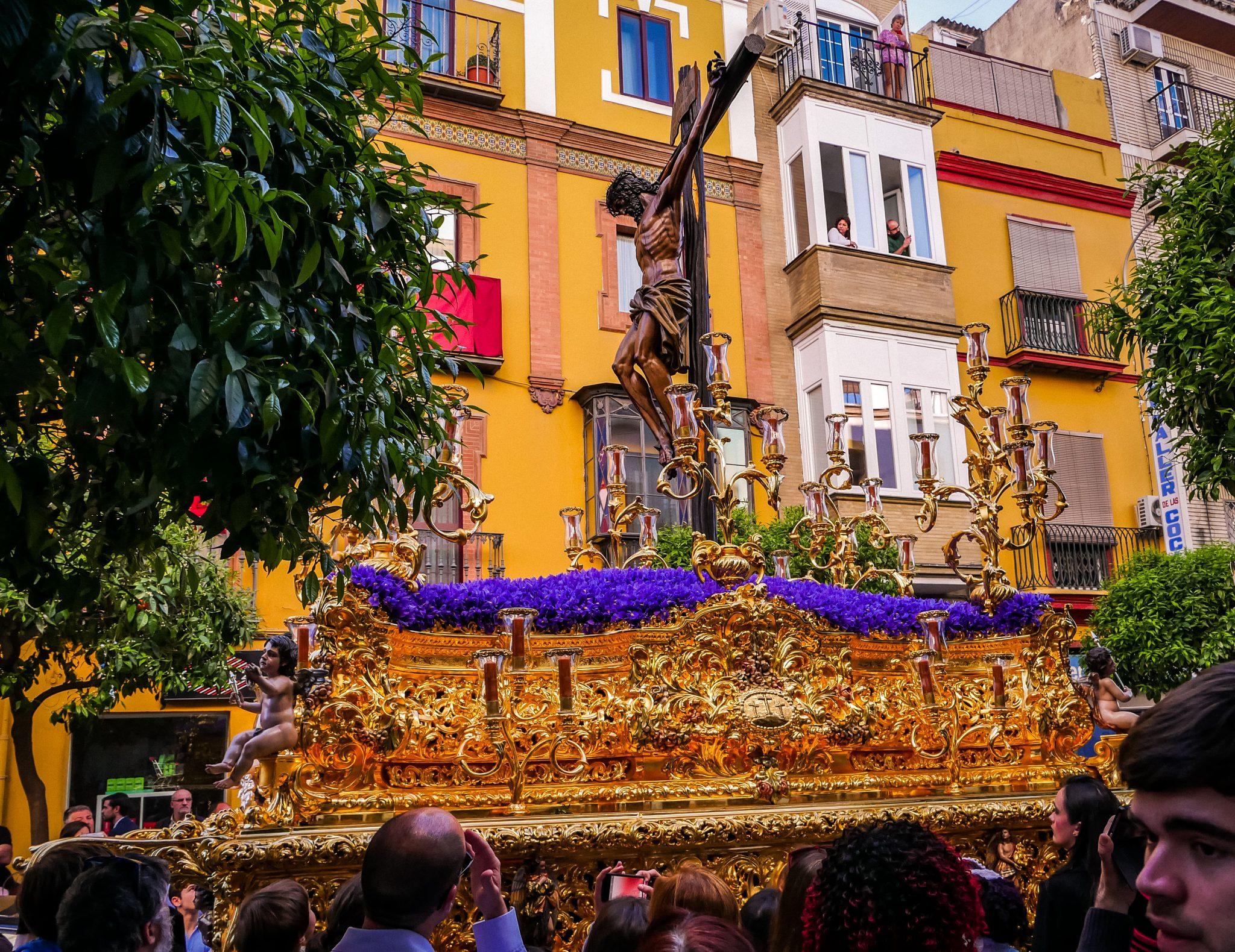 Ein Paso der Semana Santa in Sevilla